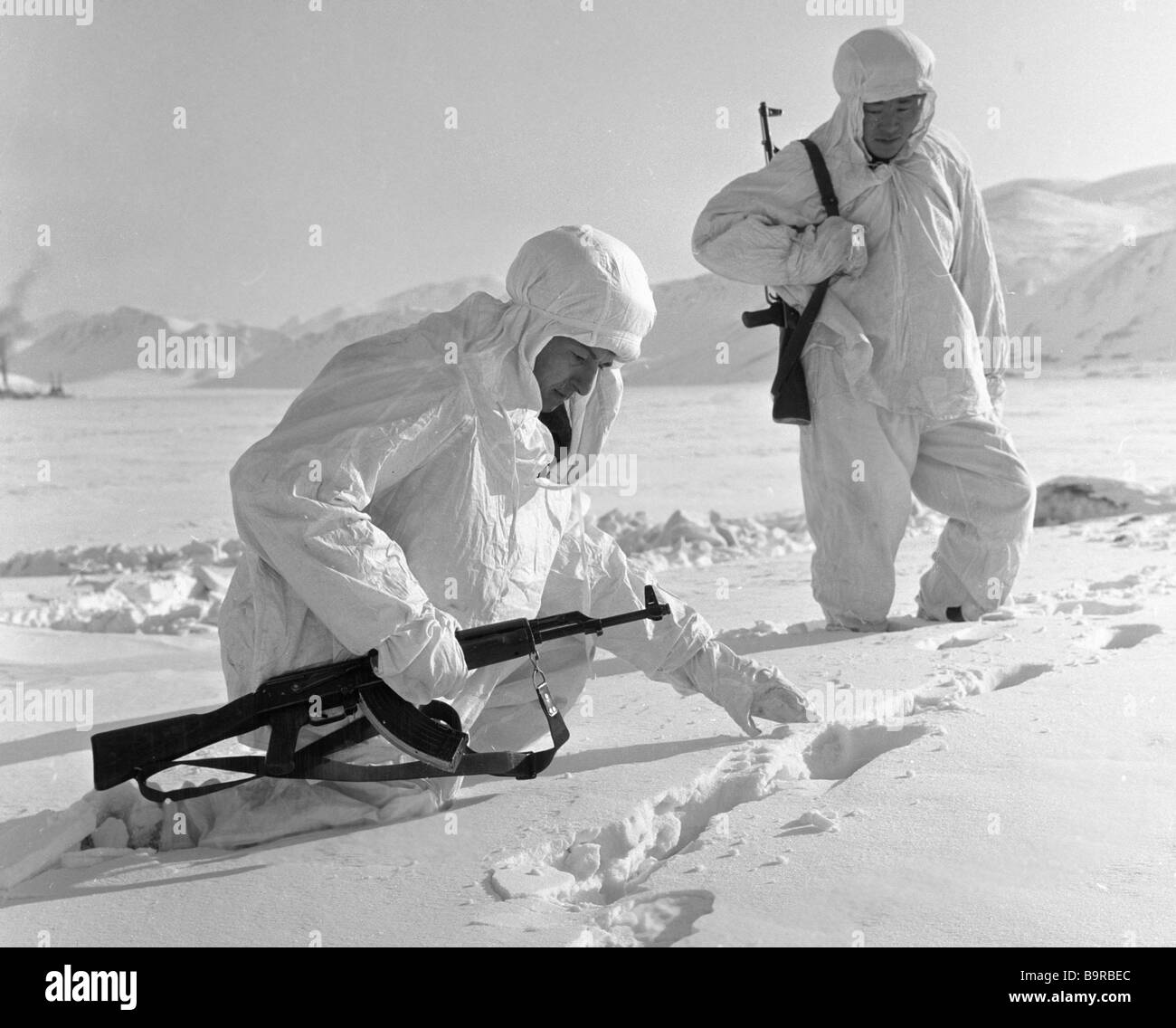 Frontier guards inspect the tracks on the snow - Stock Image