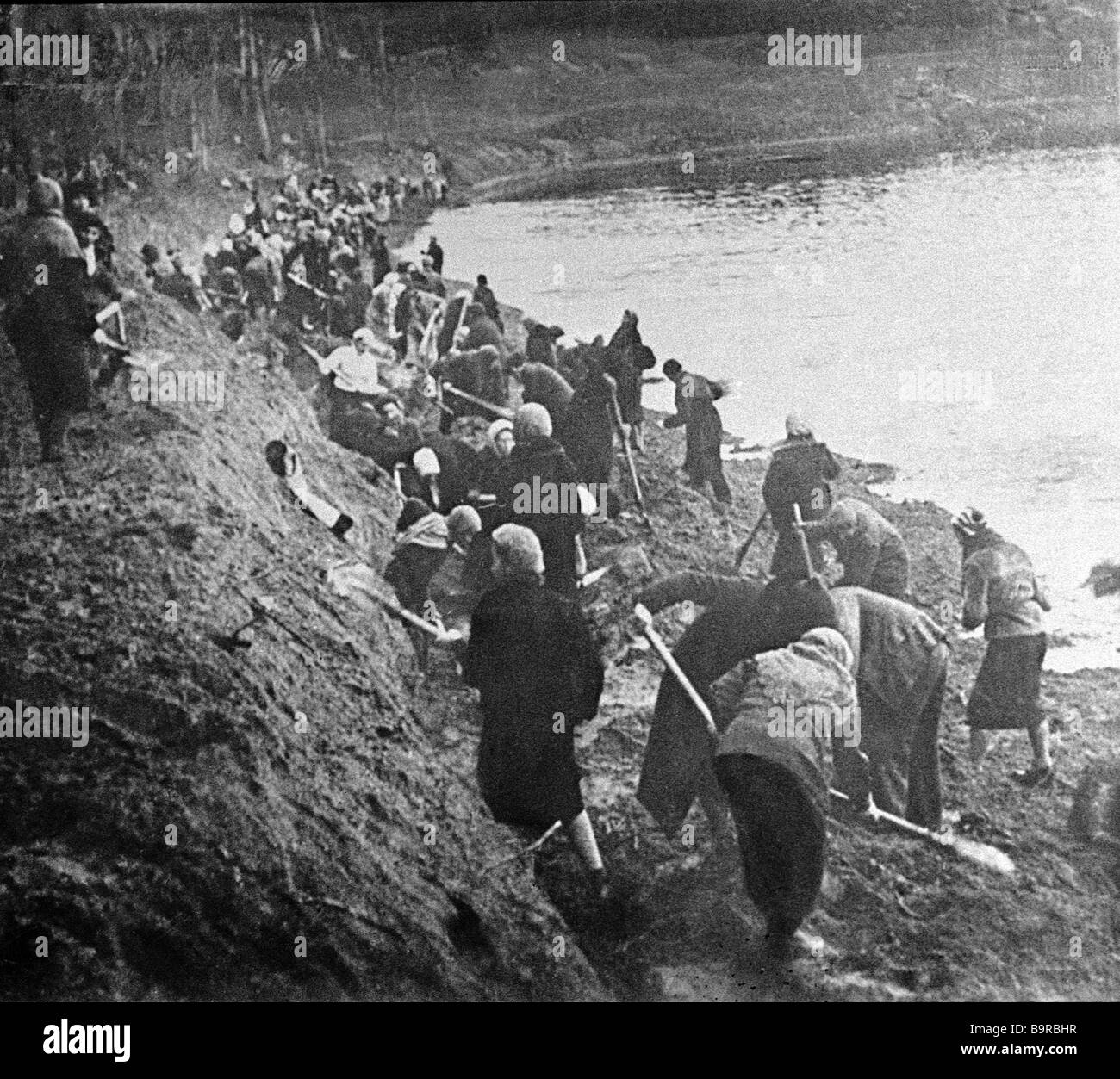 Moscow women digging a defensive trench - Stock Image
