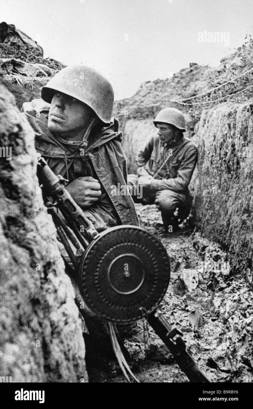 Leningrad Front soldiers in the trenches before an offensive begins - Stock Image