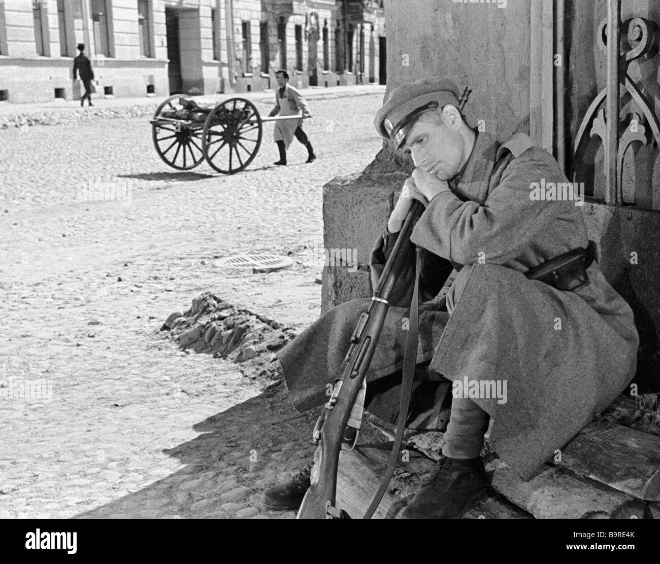 Gennady Yukhtin as the soldier Mukhin in Sergei Yutkevich s movie Tales about Lenin - Stock Image