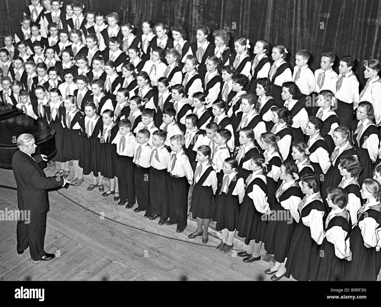 The Vladimir Loktev children s choir on stage 1958 Initially affiliated to the Moscow based Art Education Research - Stock Image