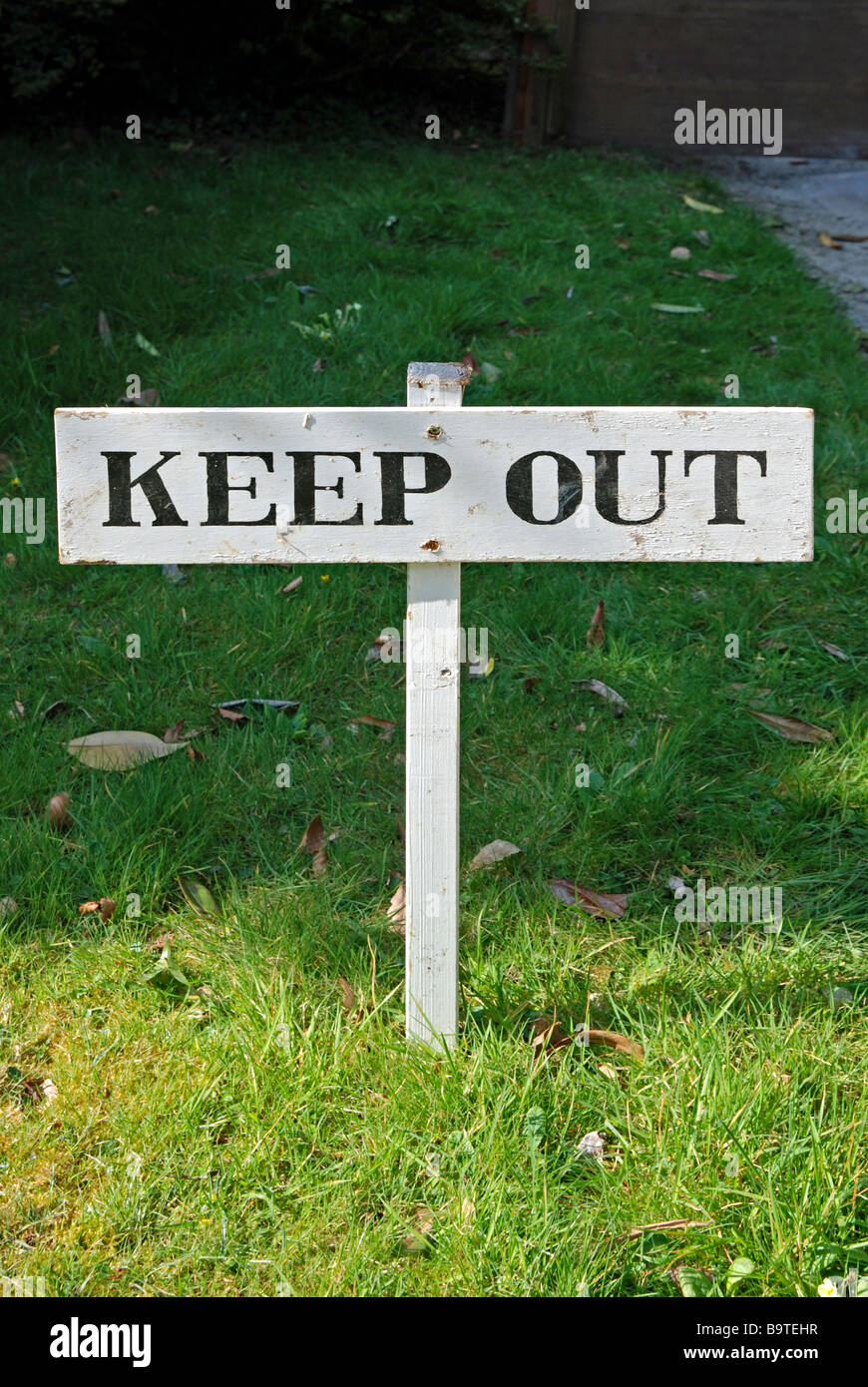 a wooden keep sign out on a lawn - Stock Image