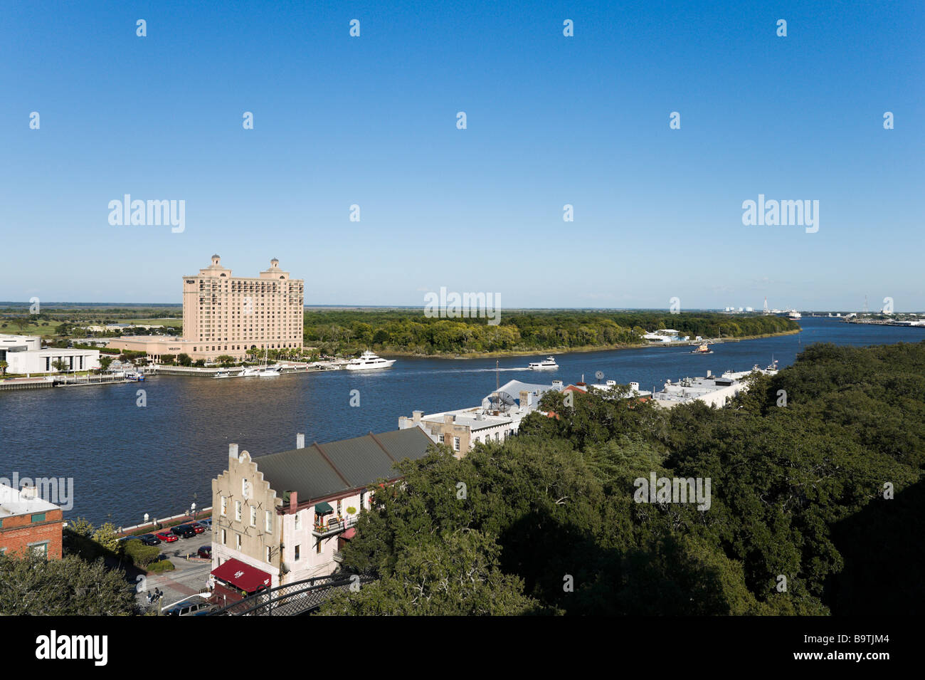 View over the Savannah River from Bay Street with the Westin Resort on the far bank, Savannah, Georgia, USA - Stock Image