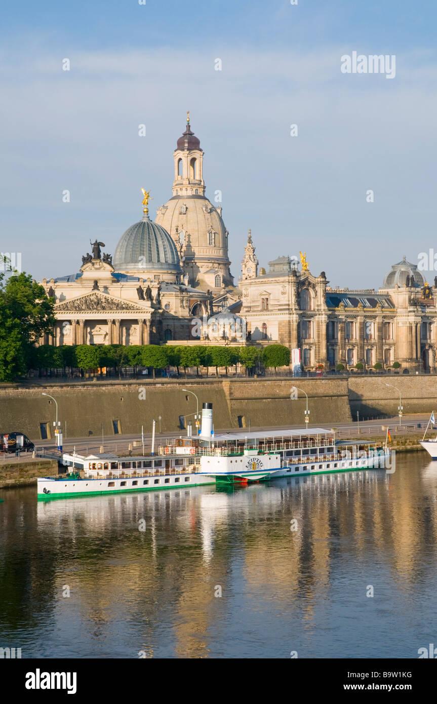 Blick über die Elbe auf barocke Altstadt historische Kulisse mit Frauenkirche Brühlsche Terrasse Schaufelraddampfer - Stock Image