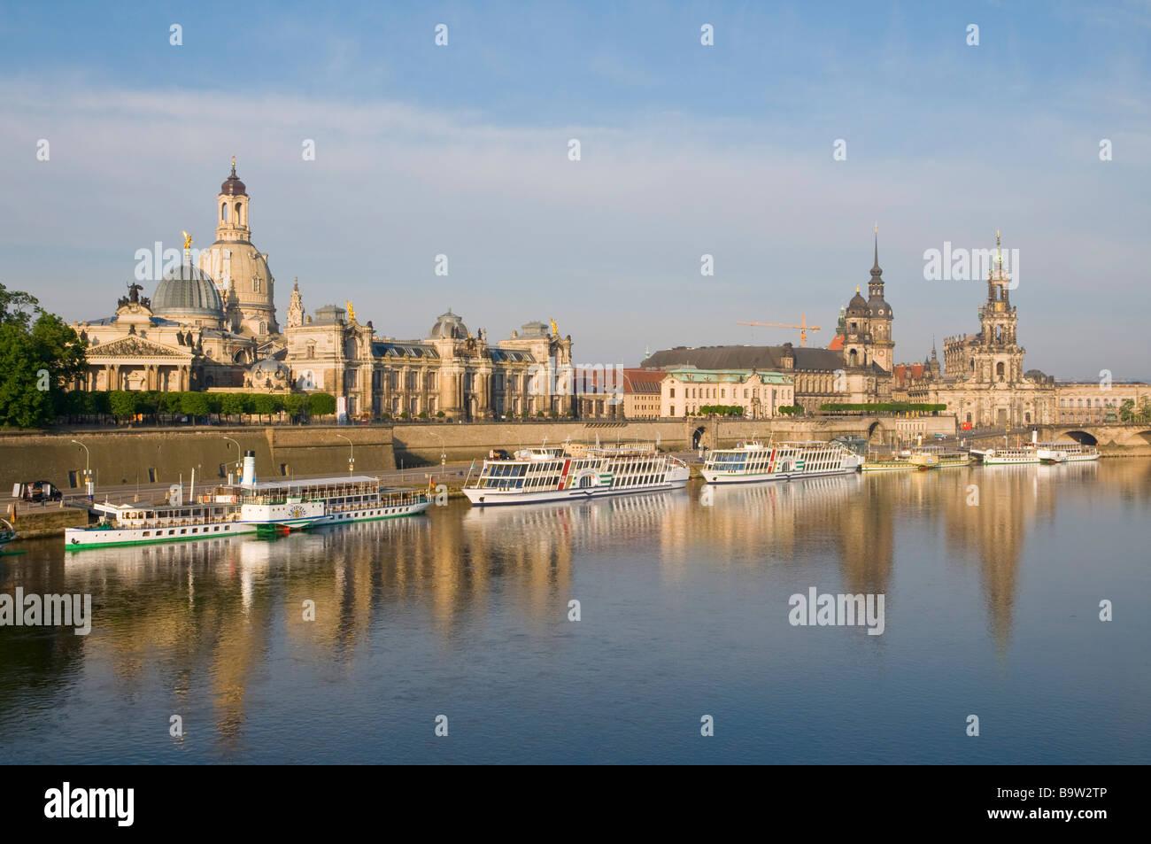 Blick über die Elbe auf barocke Altstadt historische Kulisse Brühlsche Terrasse Schaufelraddampfer Dresden - Stock Image
