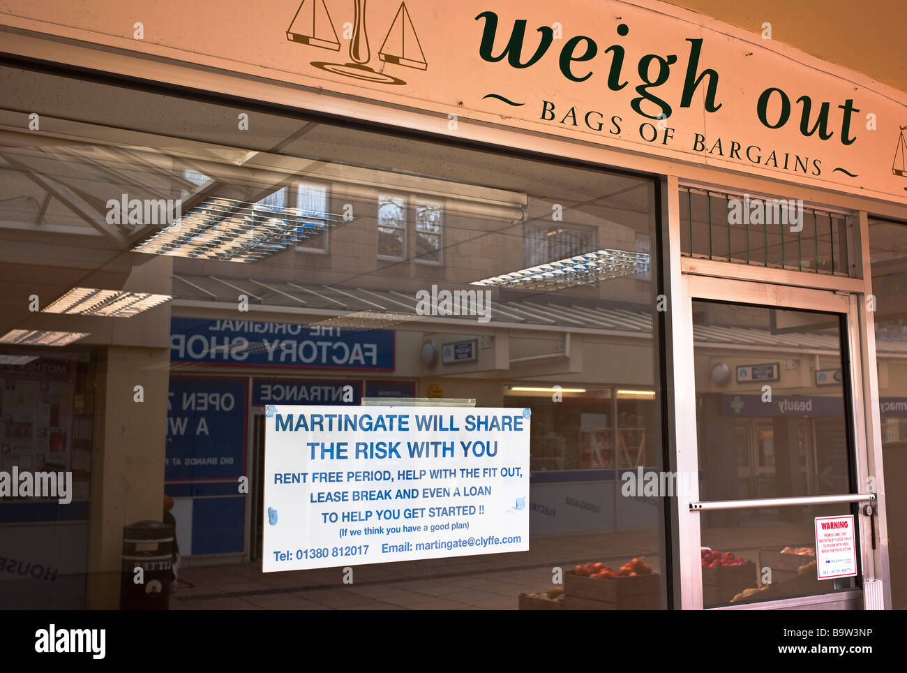 Empty shop with notice in window encouraging new business in Corsham Wiltshire - Stock Image