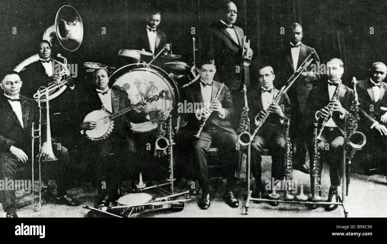 KING OLIVER'S CREOLE JAZZ BAND about 1925 - Joe King Oliver is the tallest standing person holding the cornet - Stock Image