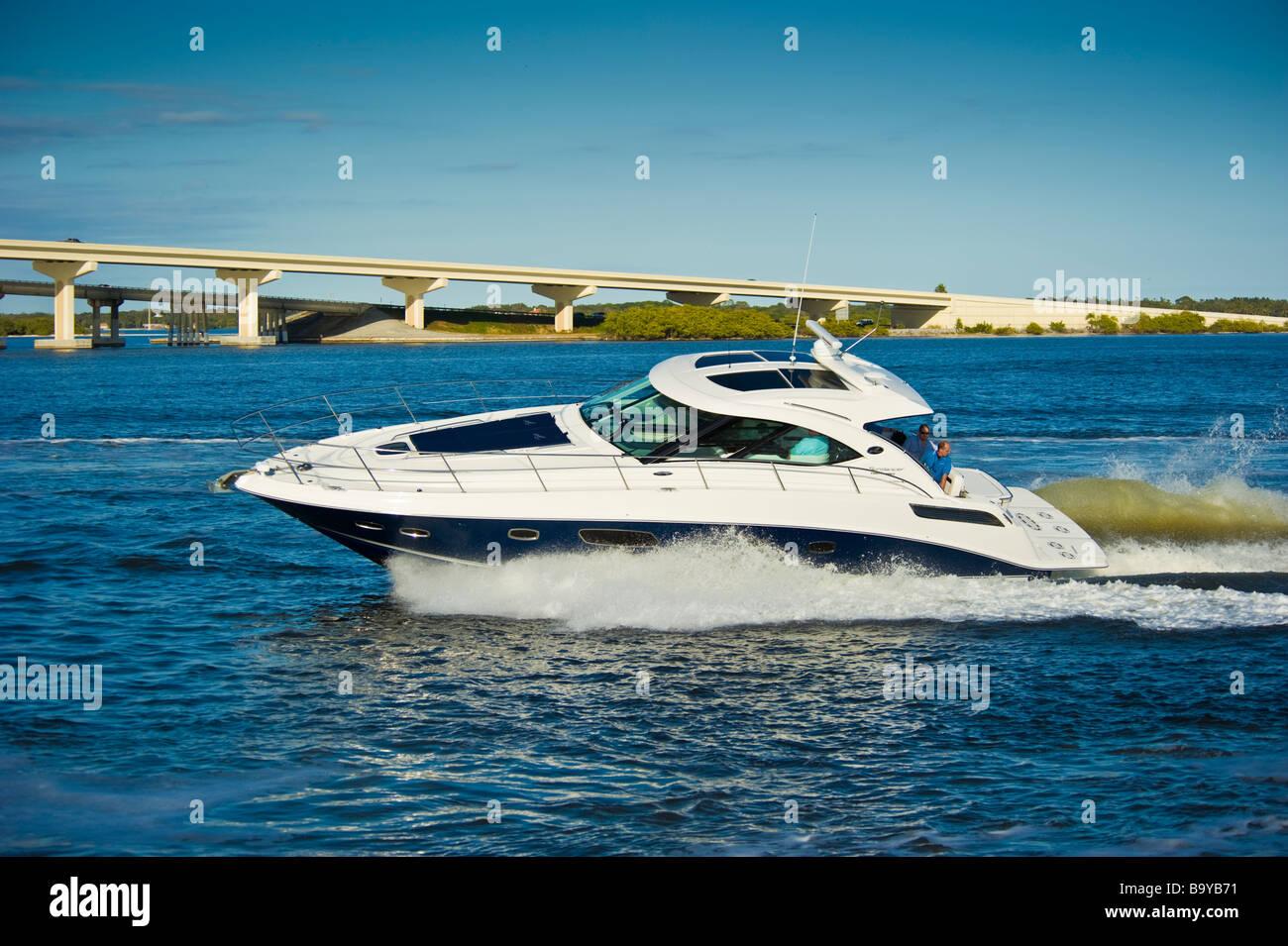 Sea Ray 43 Sundancer powerboat on river in Florida USA Sea Ray 43 Sundancer Motoryacht auf einem Fluss in Florida - Stock Image