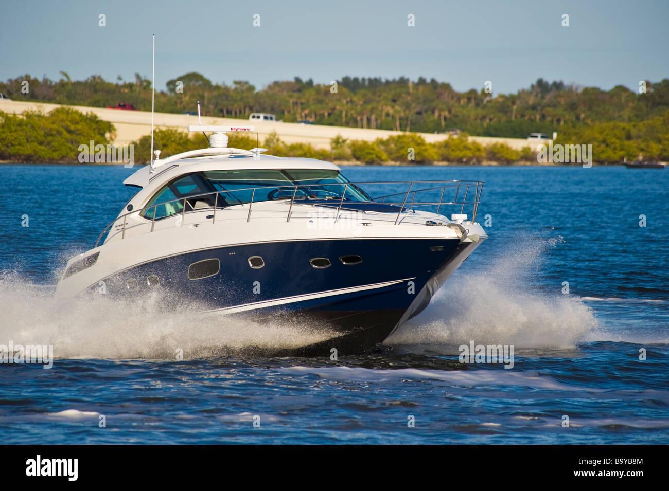 Sea Ray 43 Sea Ray 43 Sundancer powerboat on river in Florida USA Sea Ray 43 Sundancer Motoryacht auf einem Fluss - Stock Image