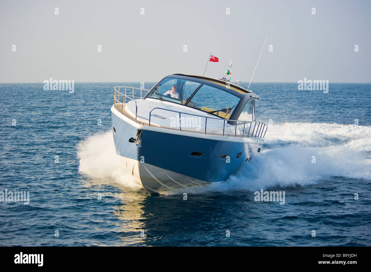 Sealine SC 47 powerboat cruising in the Mediterranean sea | Sealine SC 47 Sportboot kreuzt im Mittelmeer - Stock Image