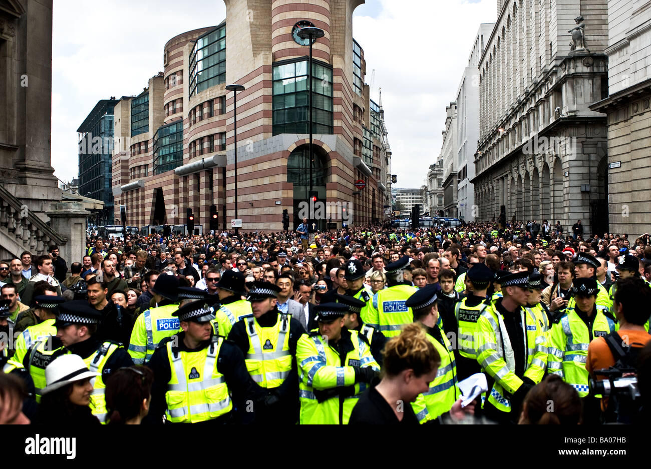 Metropolitan Police cordon holding back protesters at the G20 demonstration in the City of London. - Stock Image