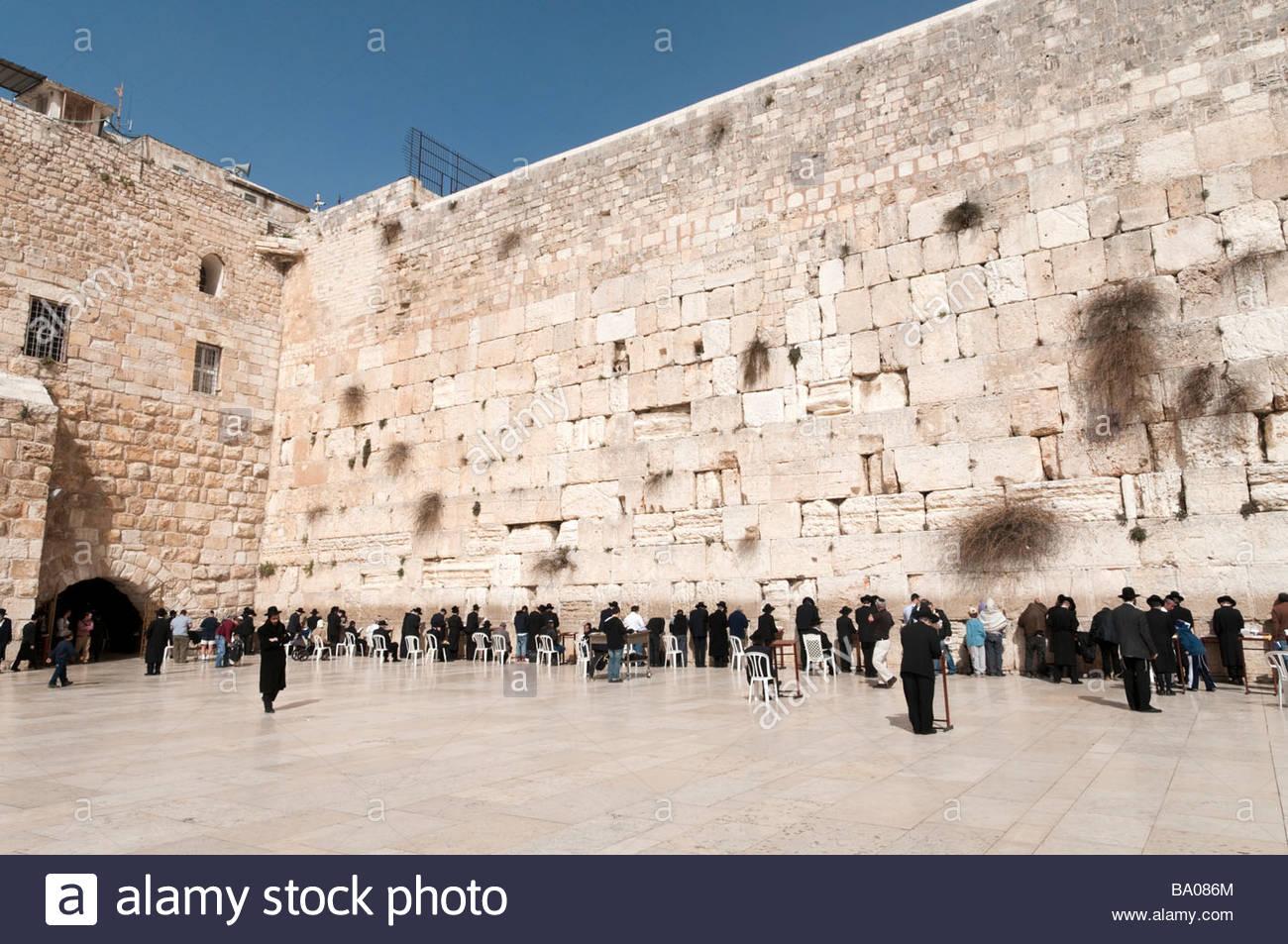 Orthodox Jews praying at the Western Wall, Jerusalem, Israel - Stock Image