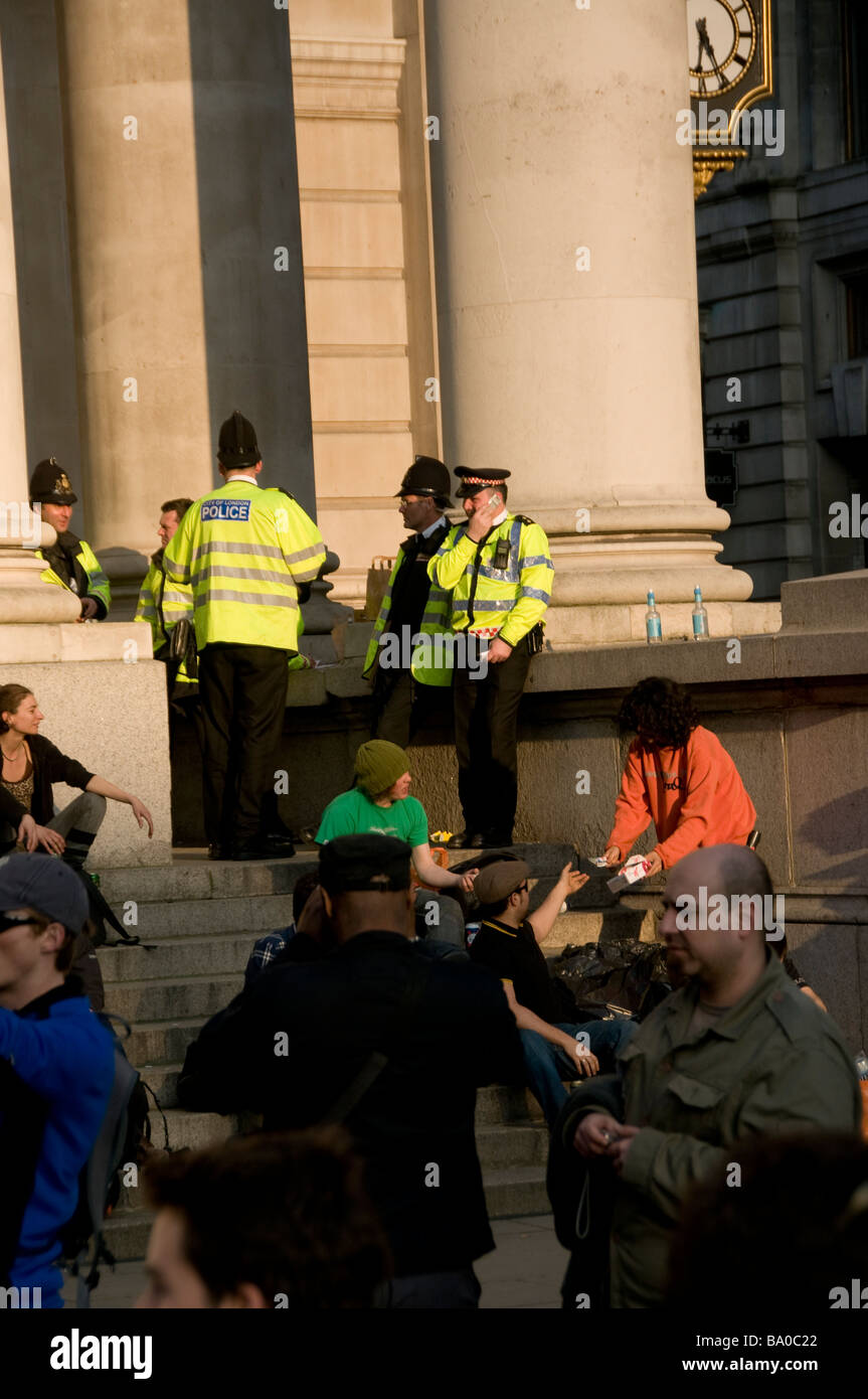 Police and peaceful demonstrators of the G20 summit, at Bank in London on April 2nd 2009 - Stock Image