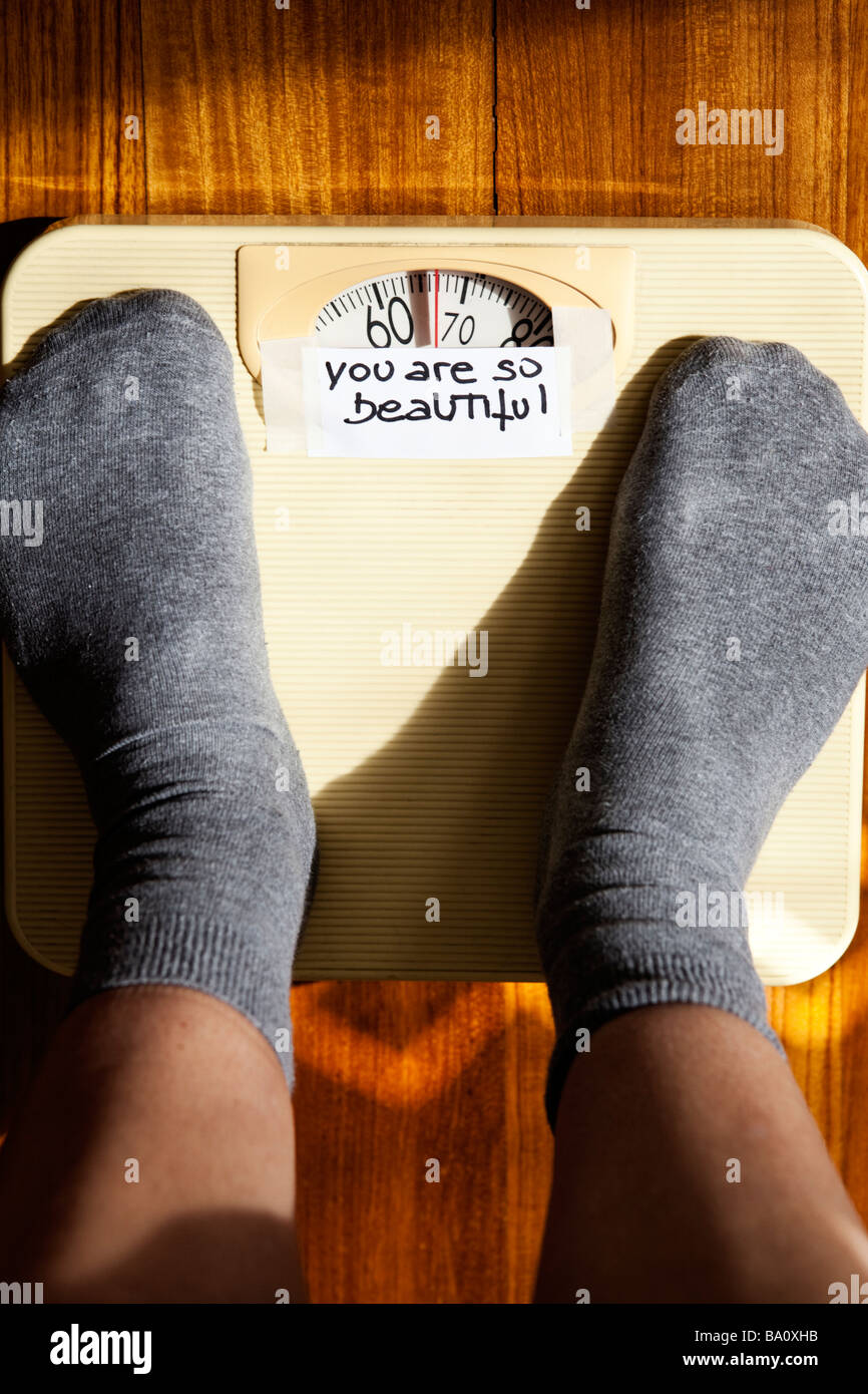 SELF-ESTEEM: (YOU ARE BEAUTIFUL) WRITTEN MESSAGE ON WEIGHING SCALES - Stock Image