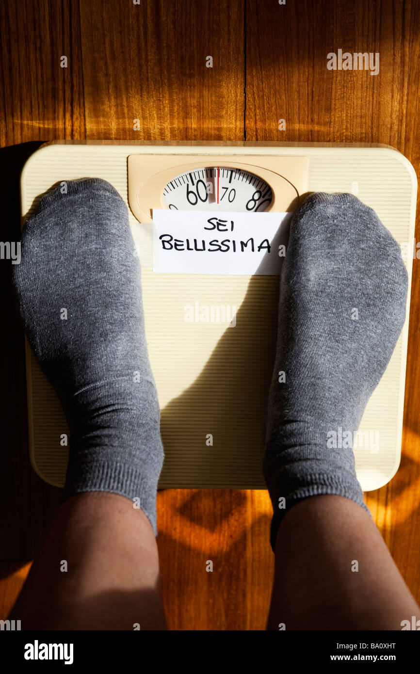 SELF-ESTEEM: SEI BELLISSIMA (YOU ARE BEAUTIFUL) WRITTEN MESSAGE ON WEIGHING SCALES - Stock Image