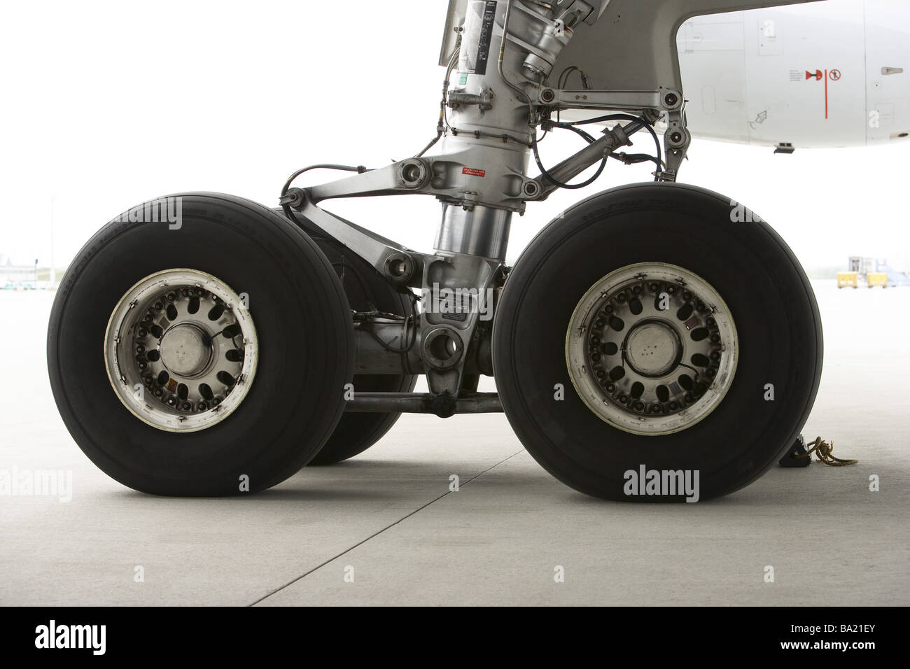 Airplane detail undercarriage airport-terrains runway runway passenger-airplane suspension undercarriage-suspension - Stock Image