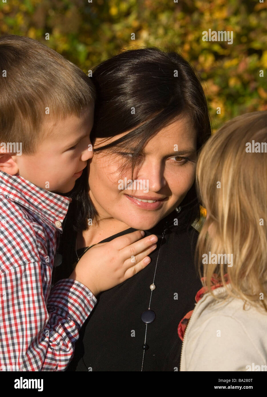Mom with kids listens - Stock Image