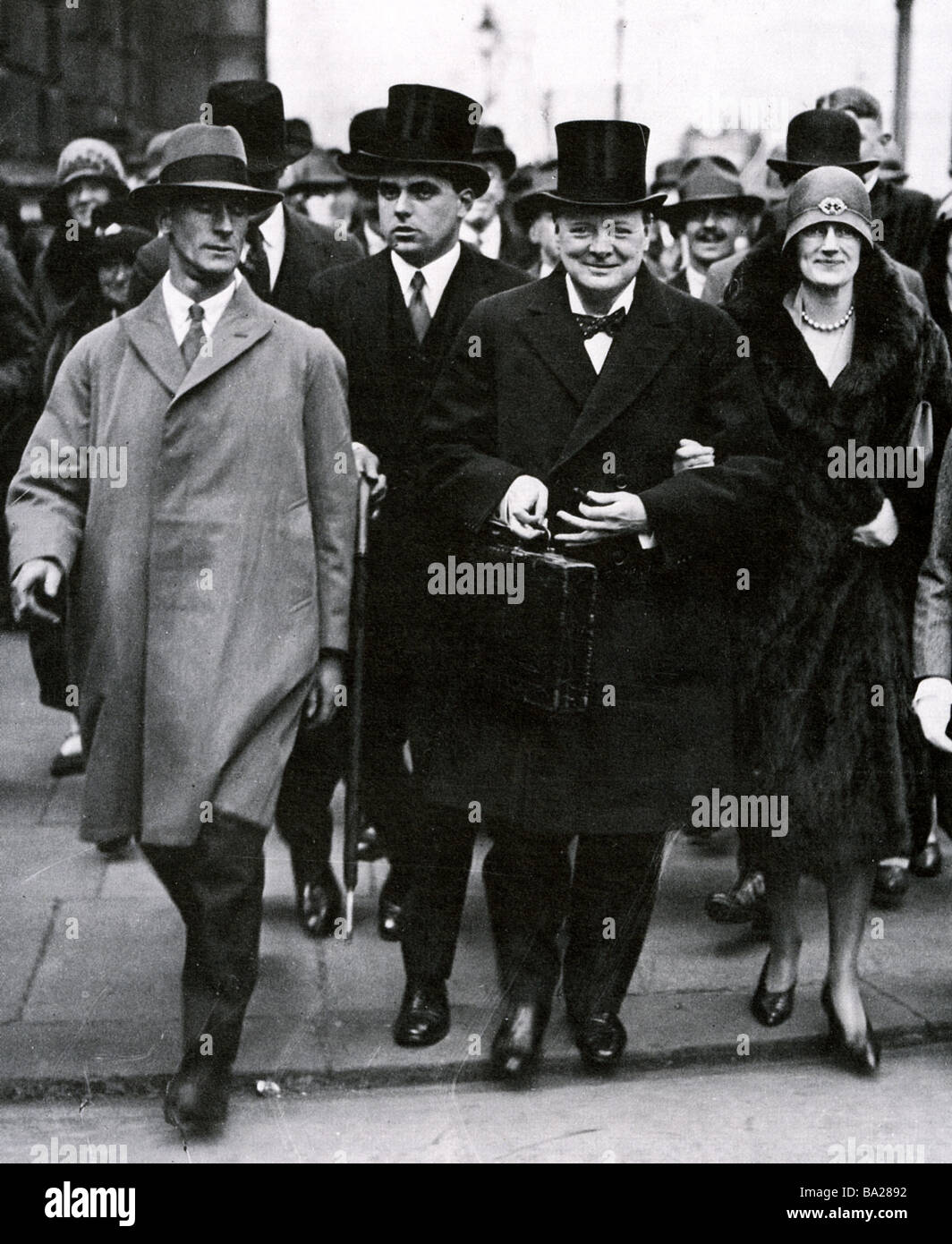 WINSTON CHURCHILL and his wife walking to the House of Commons on Budget Day 1929 when Churchill was Chancellor - Stock Image