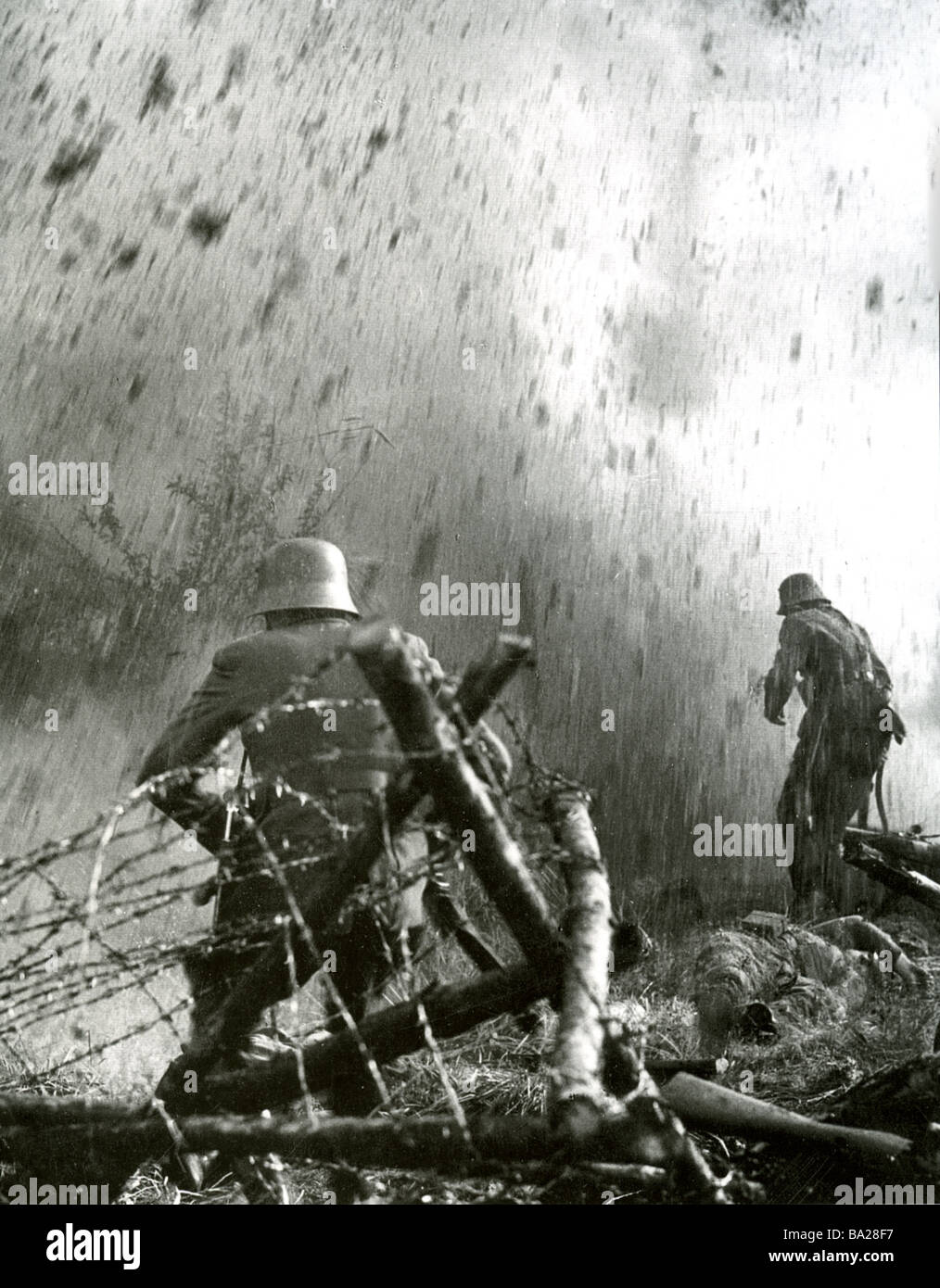 GERMAN SOLDIERS advance through wire defences in 1917 - Stock Image