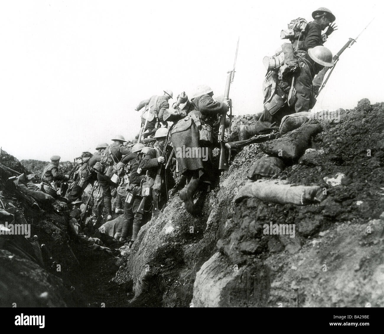 BRITISH TROOPS go on the attack from their trench in WWI - Stock Image