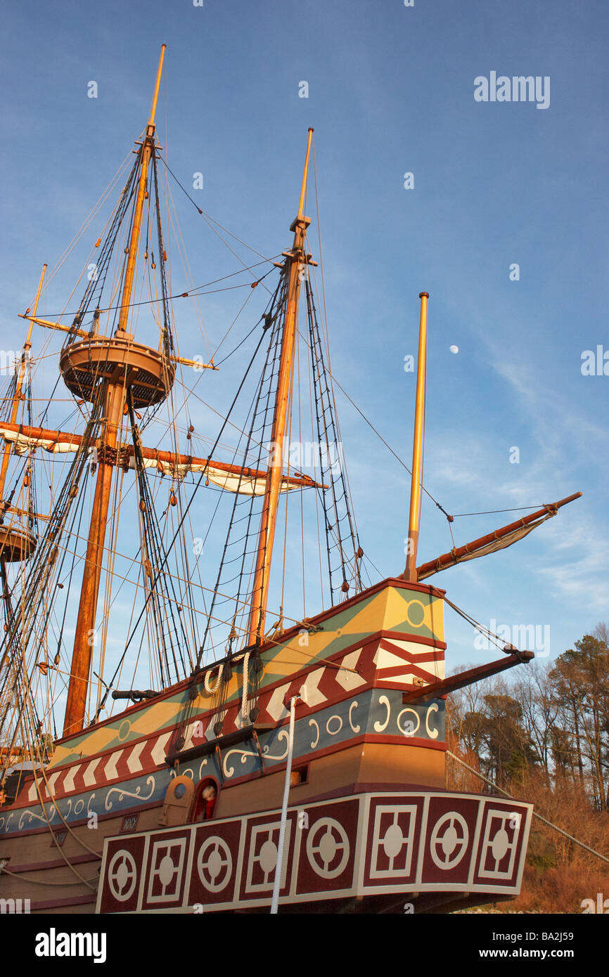 The moon seen over the aft of the Susan Constant a Jamestown Settlement ship - Stock Image