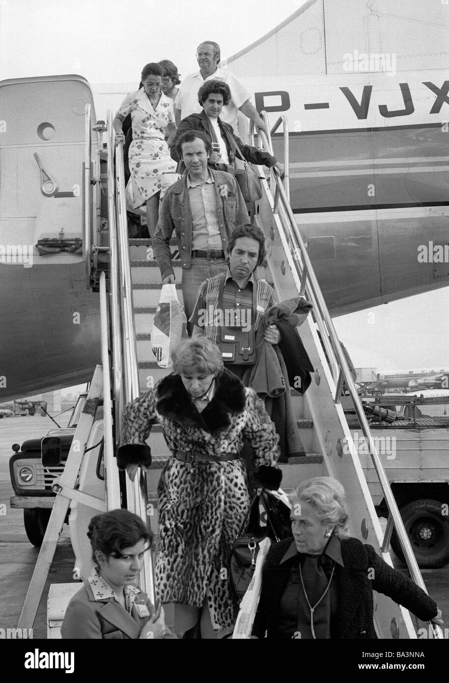 Seventies, black and white photo, airport Rio de Janeiro, airline passengers leave the airplane on the gangway, - Stock Image
