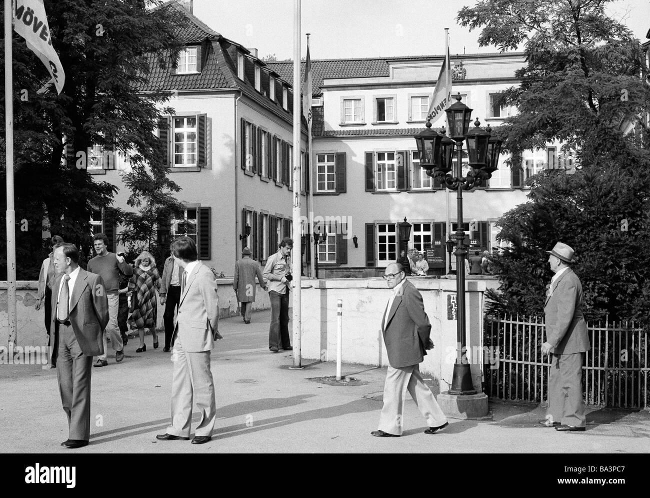 Siebziger Jahre, Tourismus, Menschen am Schloss Berge, Wasserschloss, Gelsenkirchen-Buer, Ruhrgebiet, Nordrhein - Stock Image