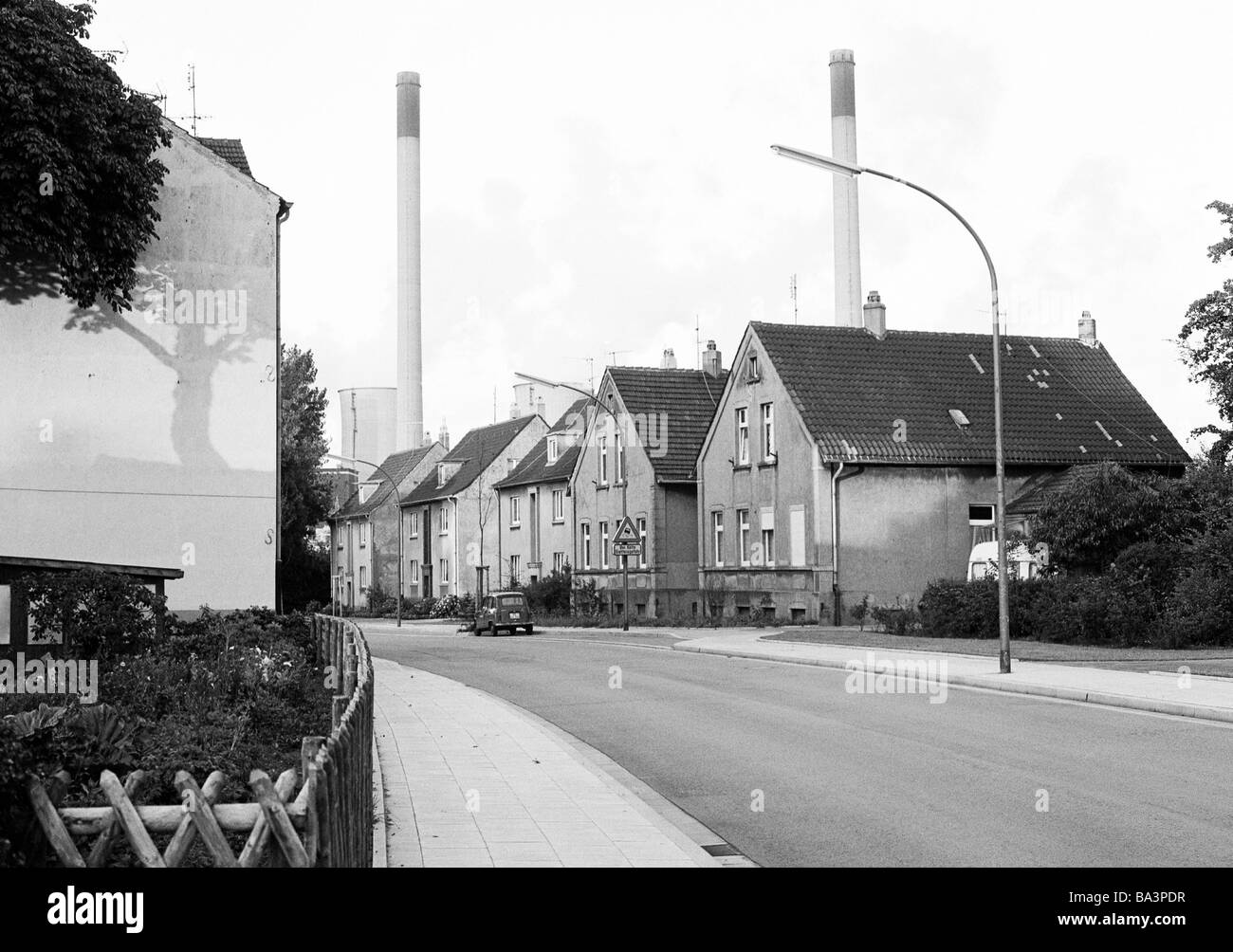 Siebziger Jahre, Arbeitersiedlung, Wohnhaeuser, Verkehrsstrasse, Schornsteine, Gelsenkirchen, Ruhrgebiet, Nordrhein - Stock Image