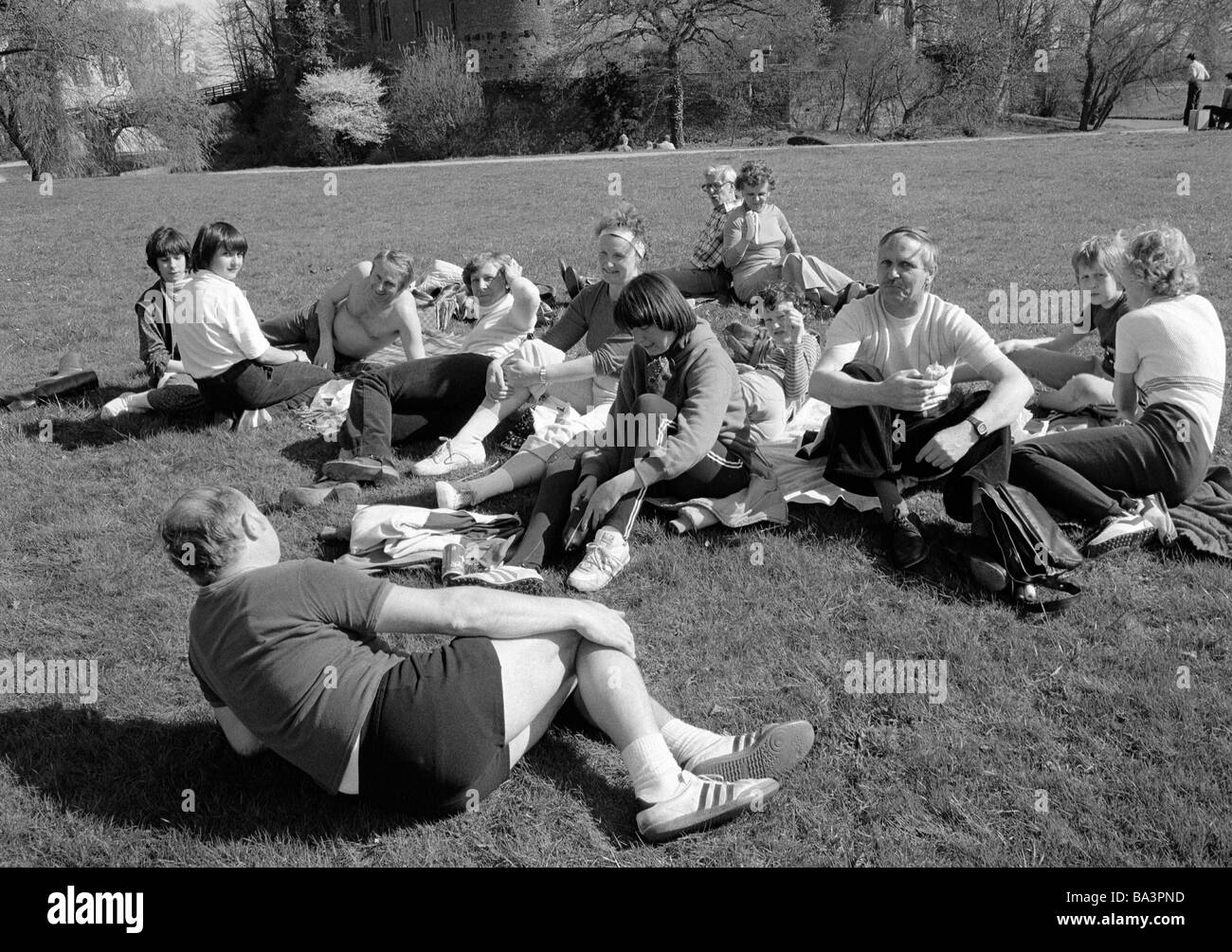 Eighties, black and white photo, people, tourism, tourists ly and sit on a meadow and have a picnic, gardens of - Stock Image