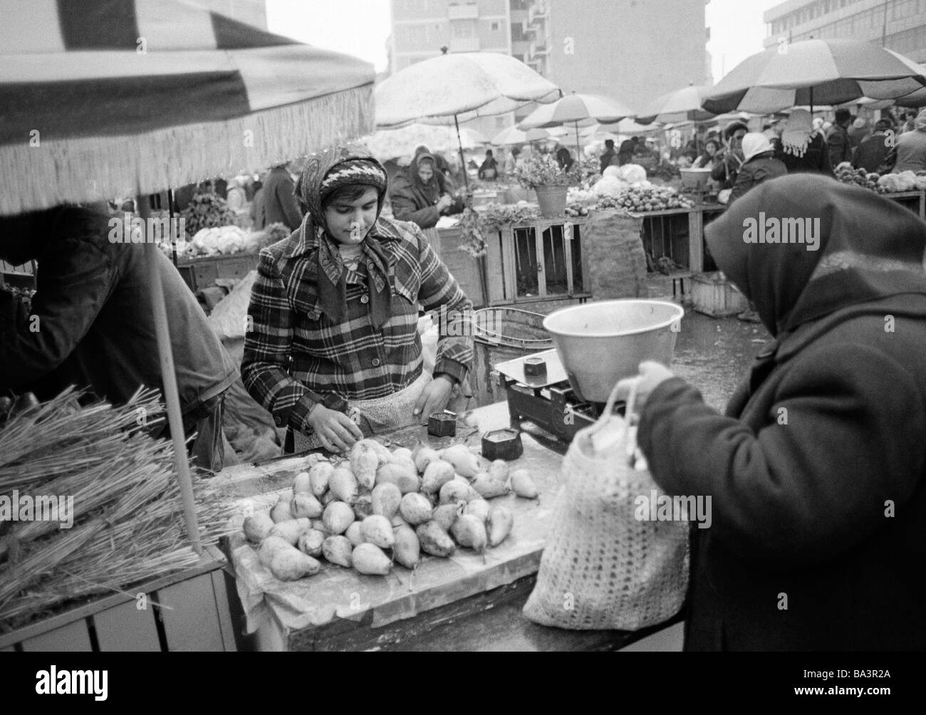 Eighties, black and white photo, people, weekly market, market stall with fruit and vegetables, market woman, aged - Stock Image