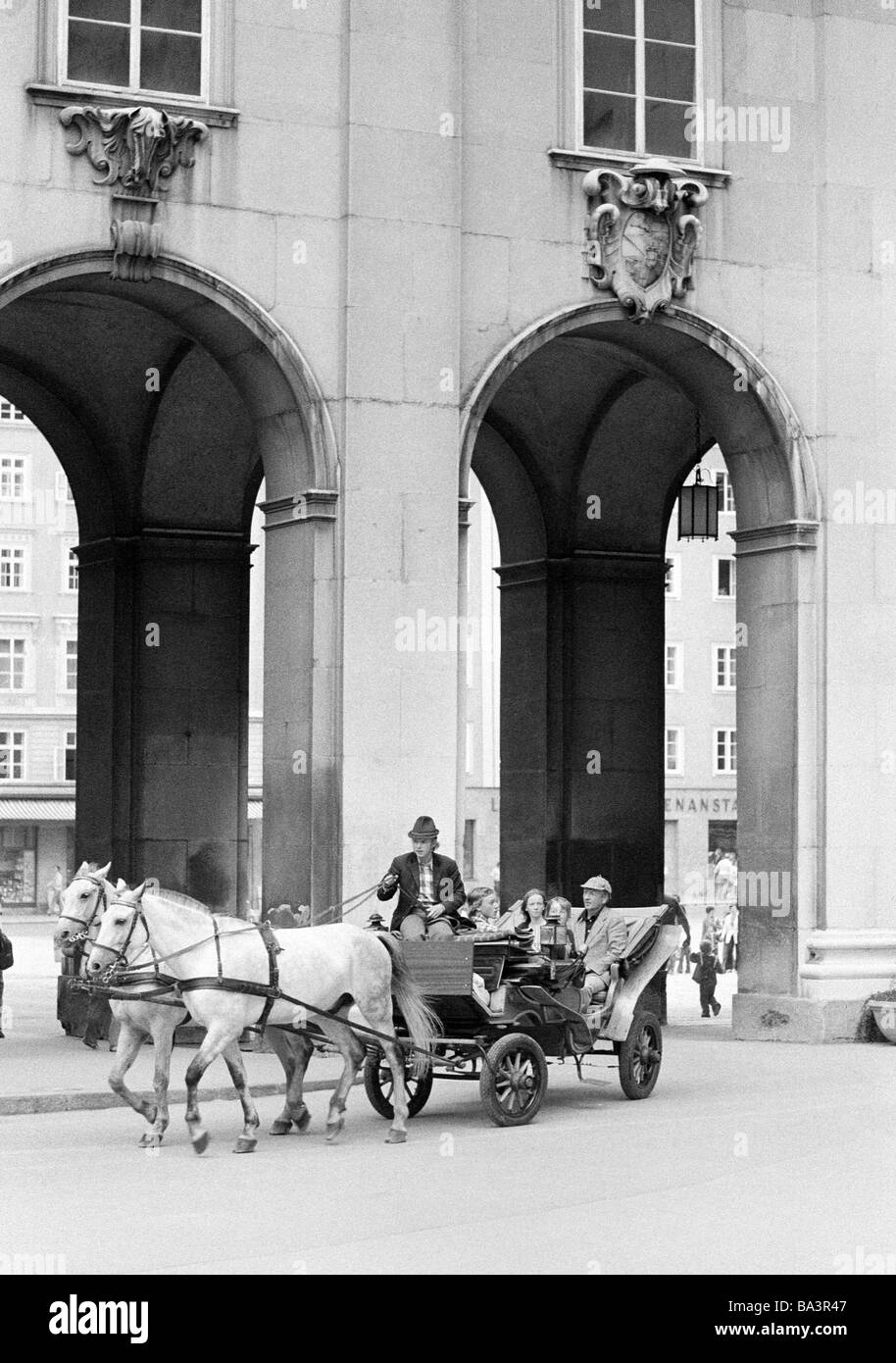 Seventies, black and white photo, holidays, tourism, hackney carriage, horse-drawn carriage with tourists, Austria, - Stock Image