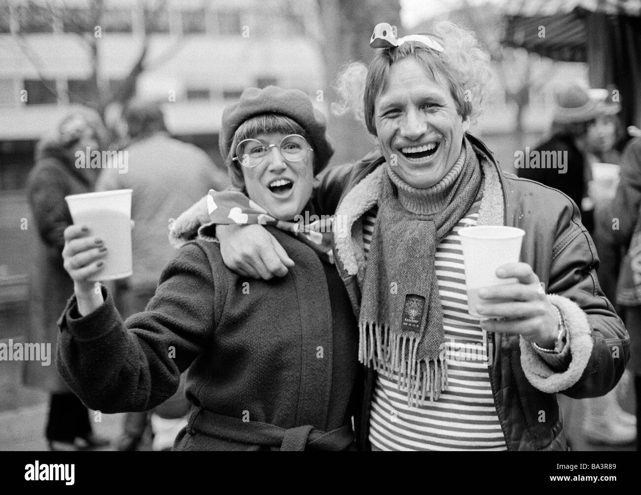 Eighties, black and white photo, people, Rhenish carnival, Rose Monday parade 1981, young couple caress each other - Stock Image