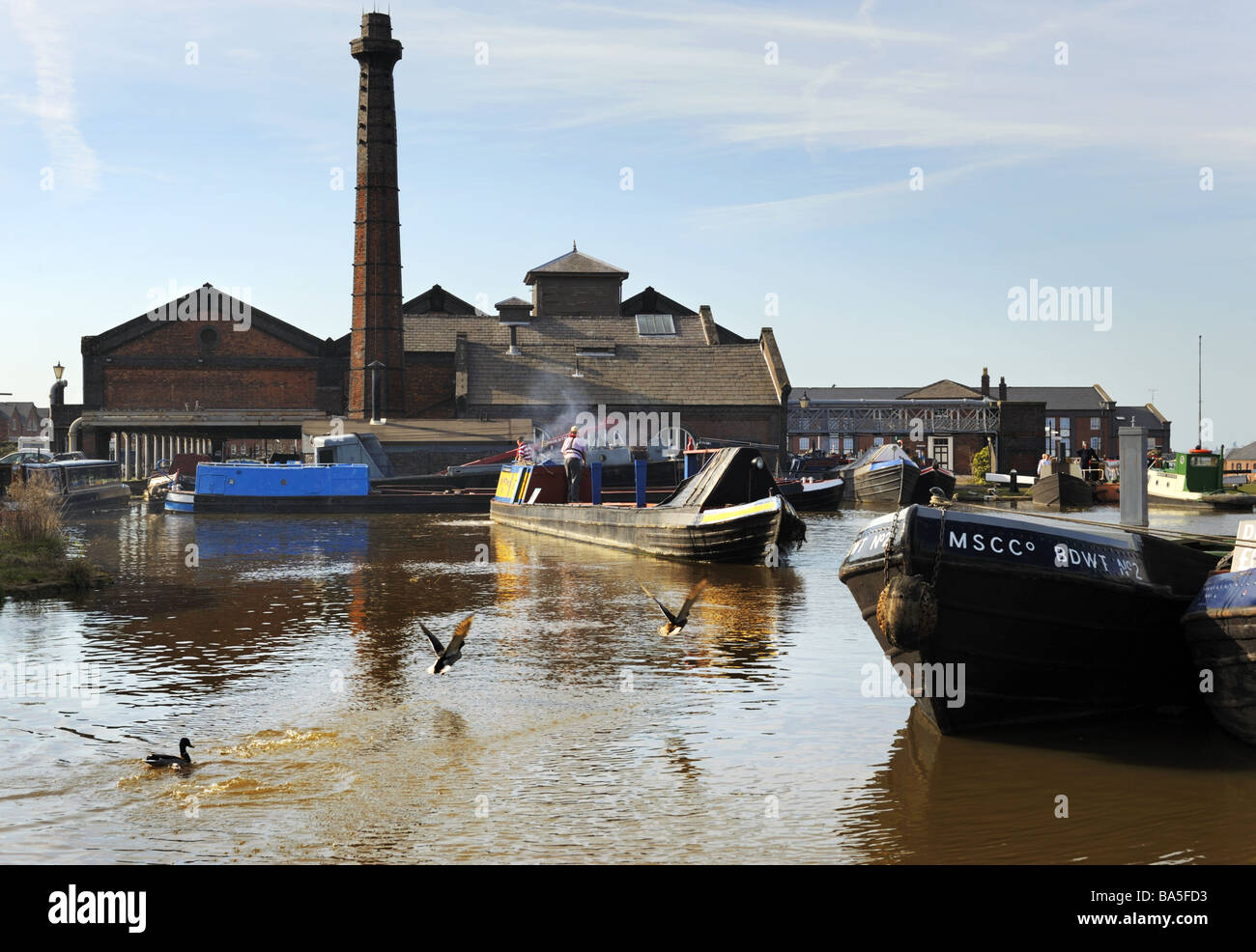 A traditional narrowboat docking at The Boat Museum, Ellesmere Port, Cheshire. - Stock Image