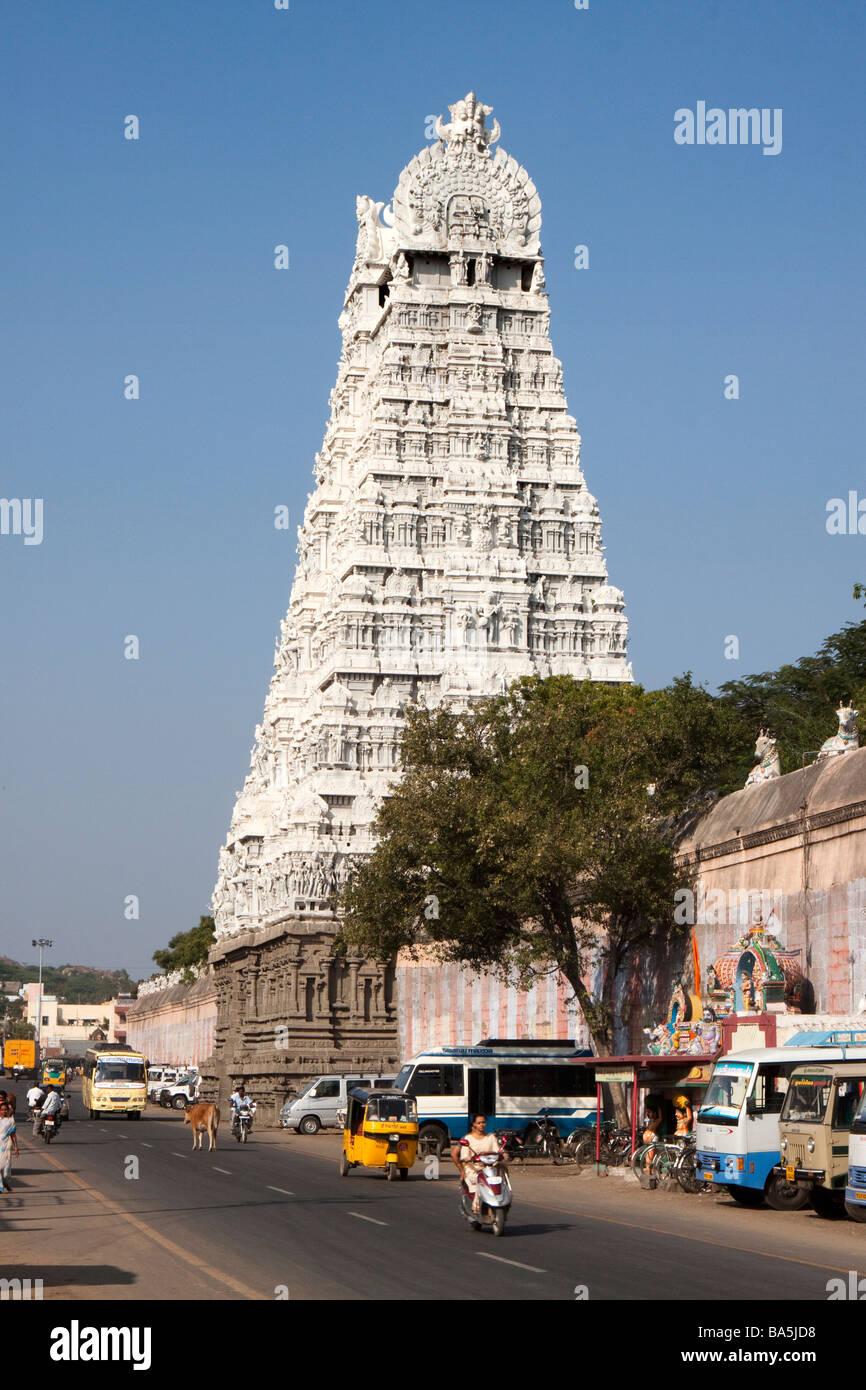 India Tamil Nadu Tiruvannamalai Arunachaleswar temple plain white gopuram above main road - Stock Image