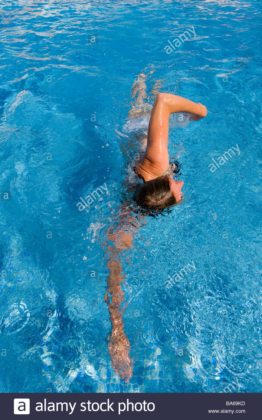 Woman swimming laps in swimming pool - Stock Image