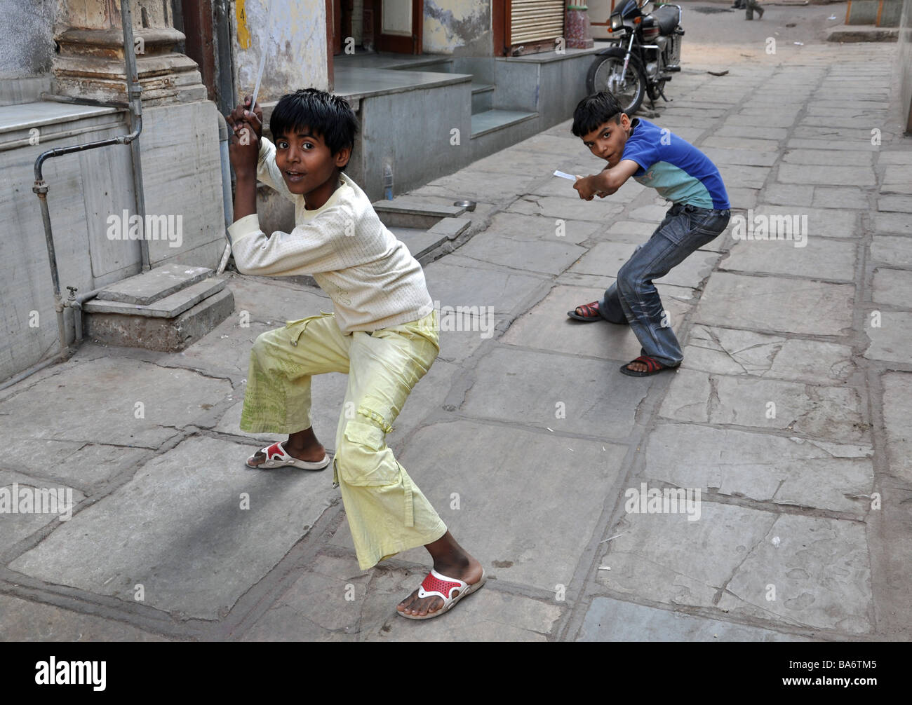Children playing with rulers in Ahmedabad - Stock Image