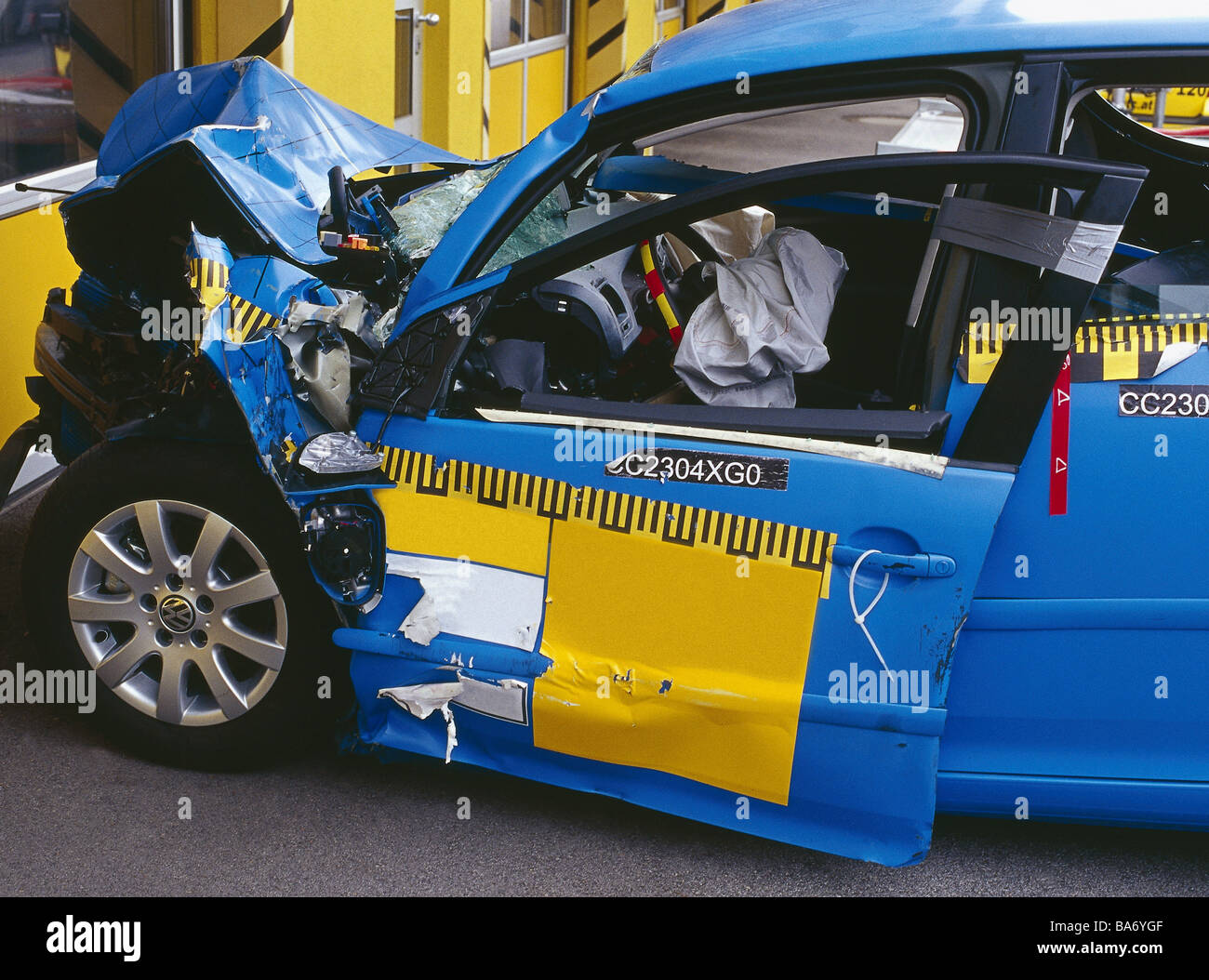 Crashtest test-vehicle broken side-opinion detail series private car ...