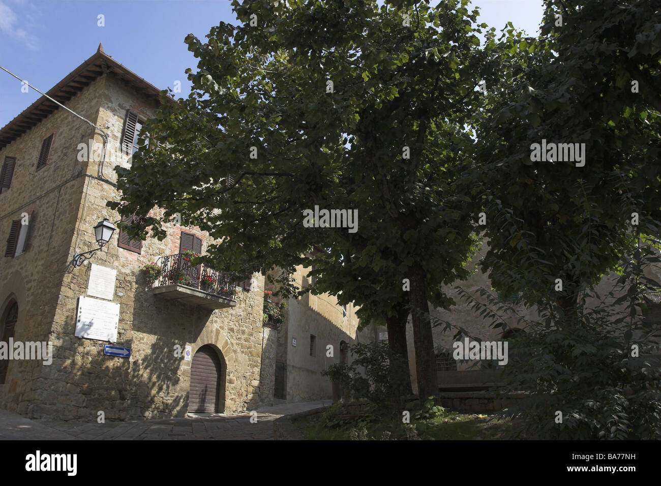 Italy Tuscany Monticchiello house-facade place trees summers city idyllically residence house buildings facade outside - Stock Image
