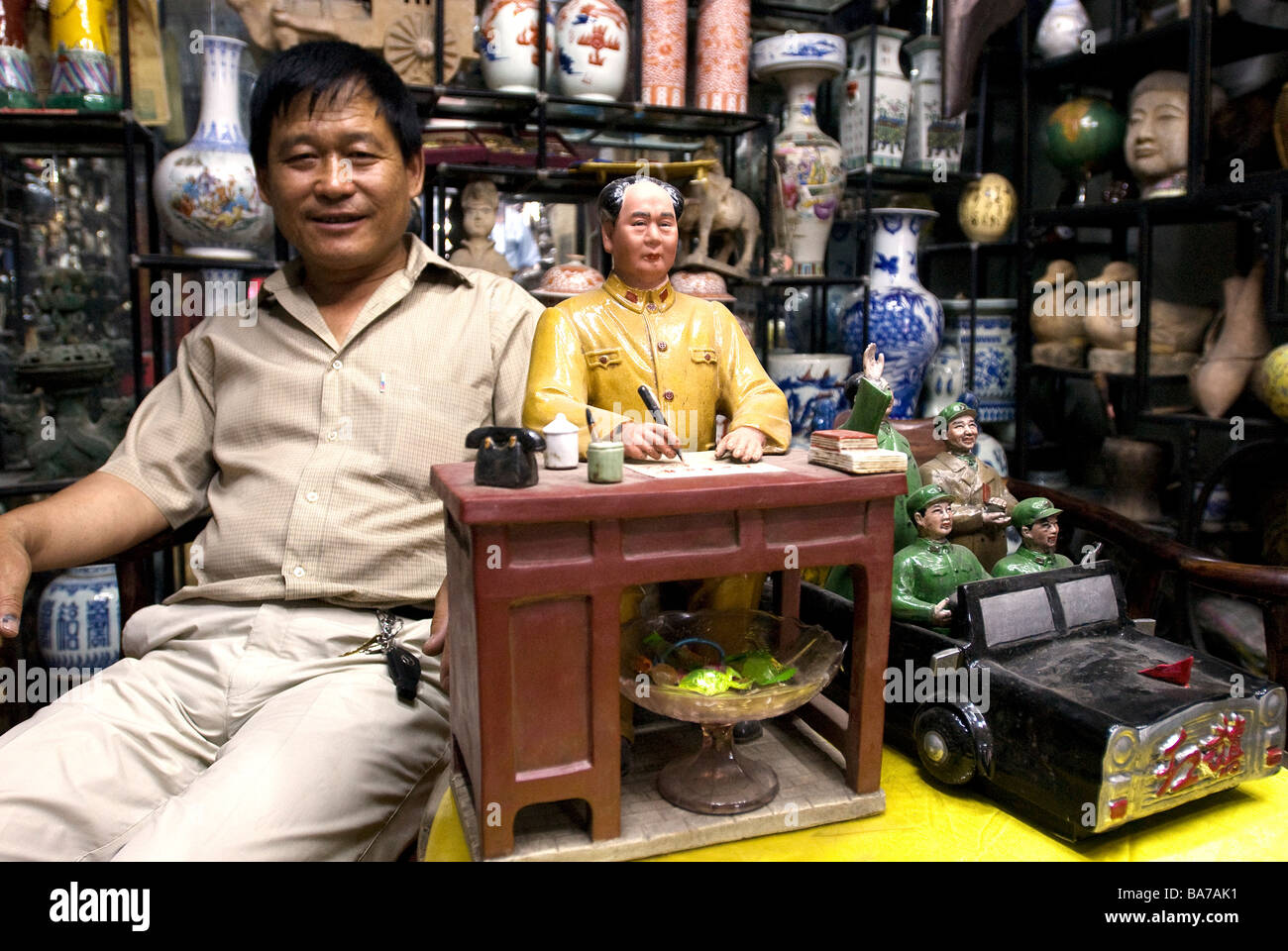 China, Beijing, selling objects whorshipping Mao Zedong on the antique dealer's street - Stock Image