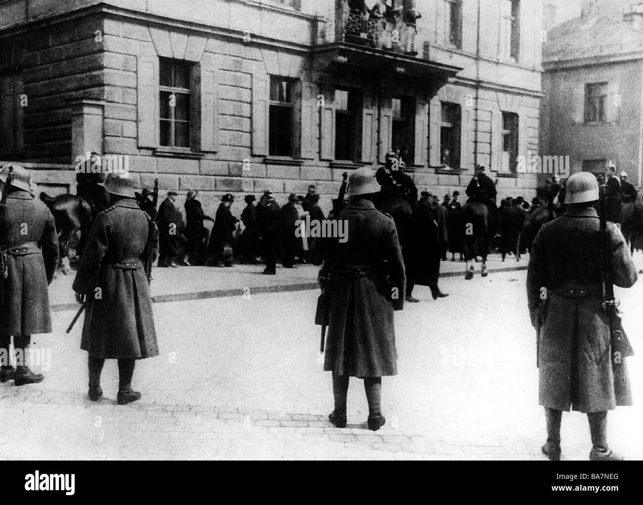 justice, lawsuits, Hitler Ludendorff Trial, People's Court, Munich, 26.2. - 1.4.1924, cordon by police outside of Stock Photo