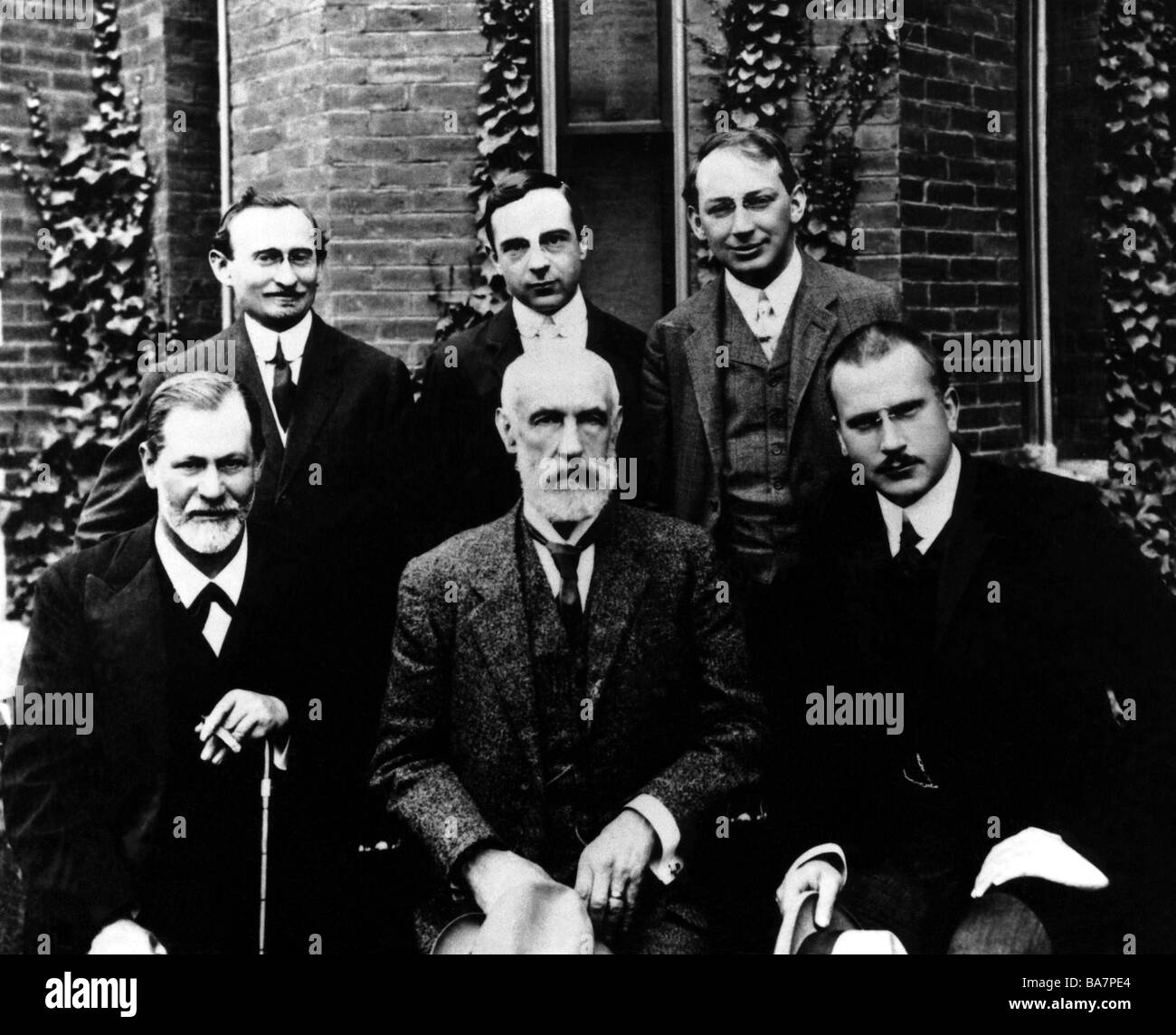 Freud, Sigmund, 6.5.1856 - 23.9.1939, Austrian physician, founder of the psychoanalytic school of psychology (centre), - Stock Image