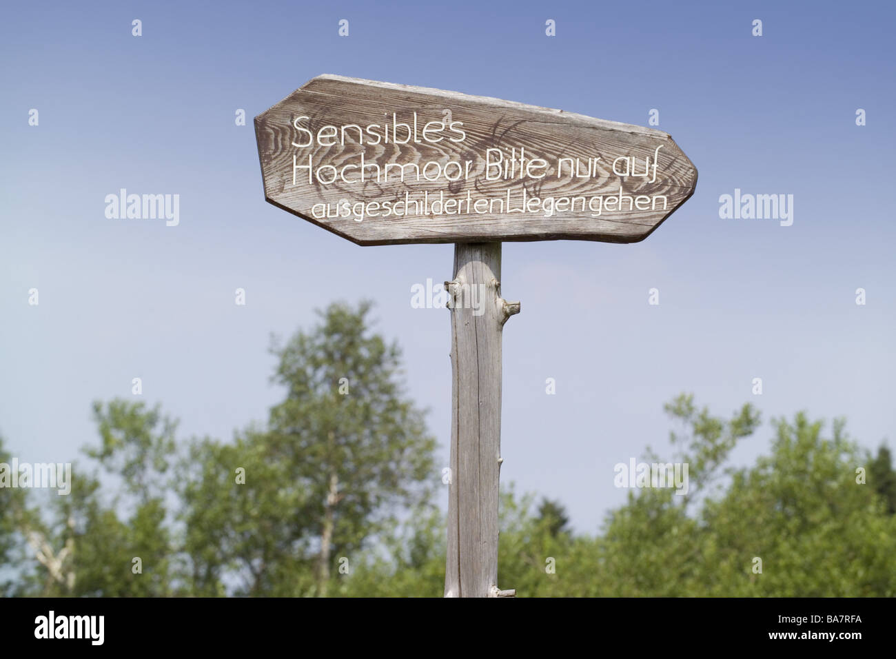 Sign 'sensitive moor' wood-sign sign labeling information tourism summers outside footpath nature nature - Stock Image