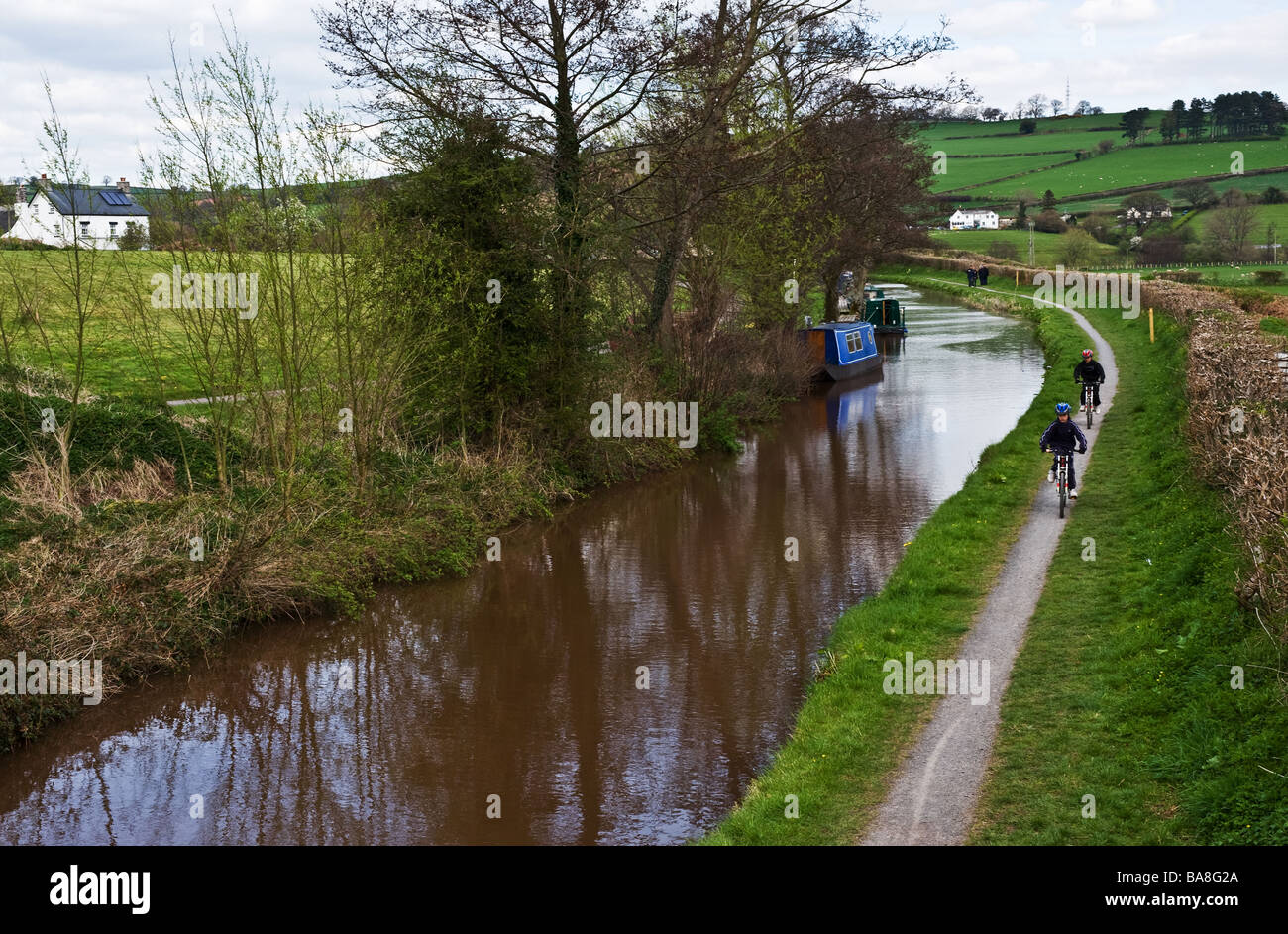 Cyclists on the towpath of the Monmouthshire Brecon Canal in Wales.  Photo by Gordon Scammell - Stock Image