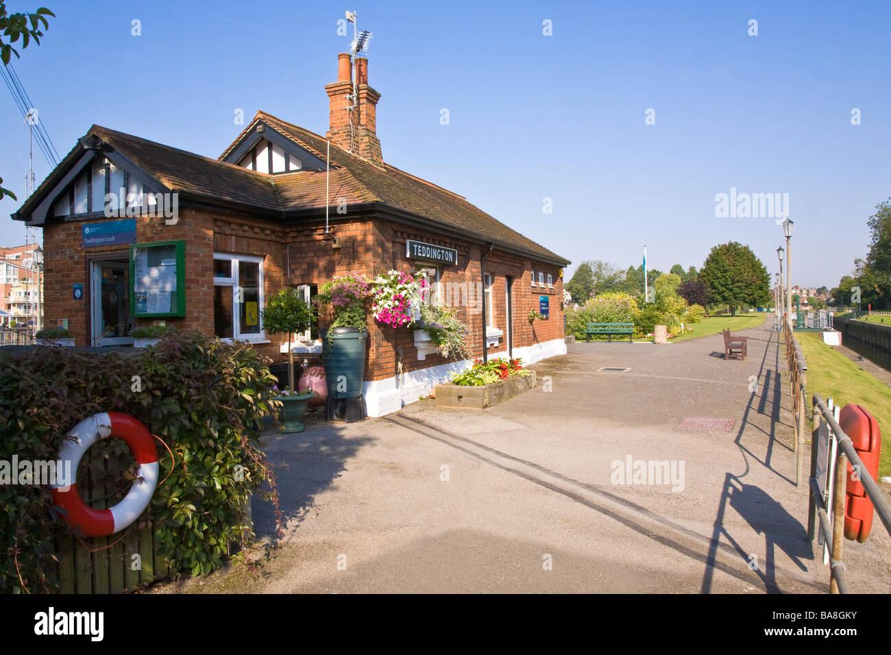 Former lock keepers cottage at Teddington Lock looking downstream towards Twickenham and Richmond - Stock Image