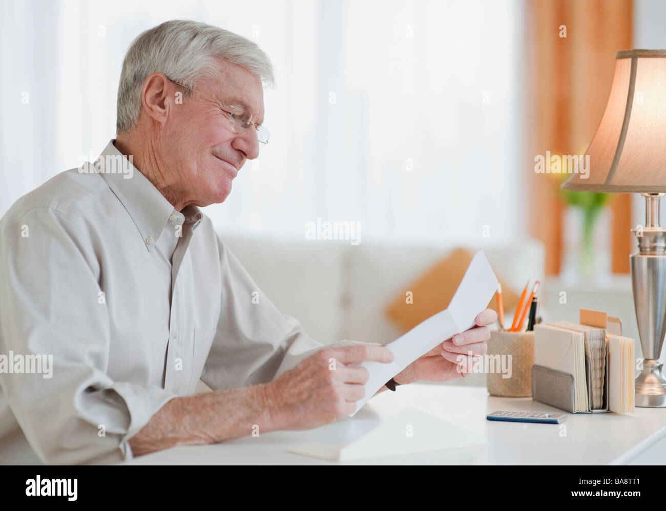 Senior man reading letter - Stock Image