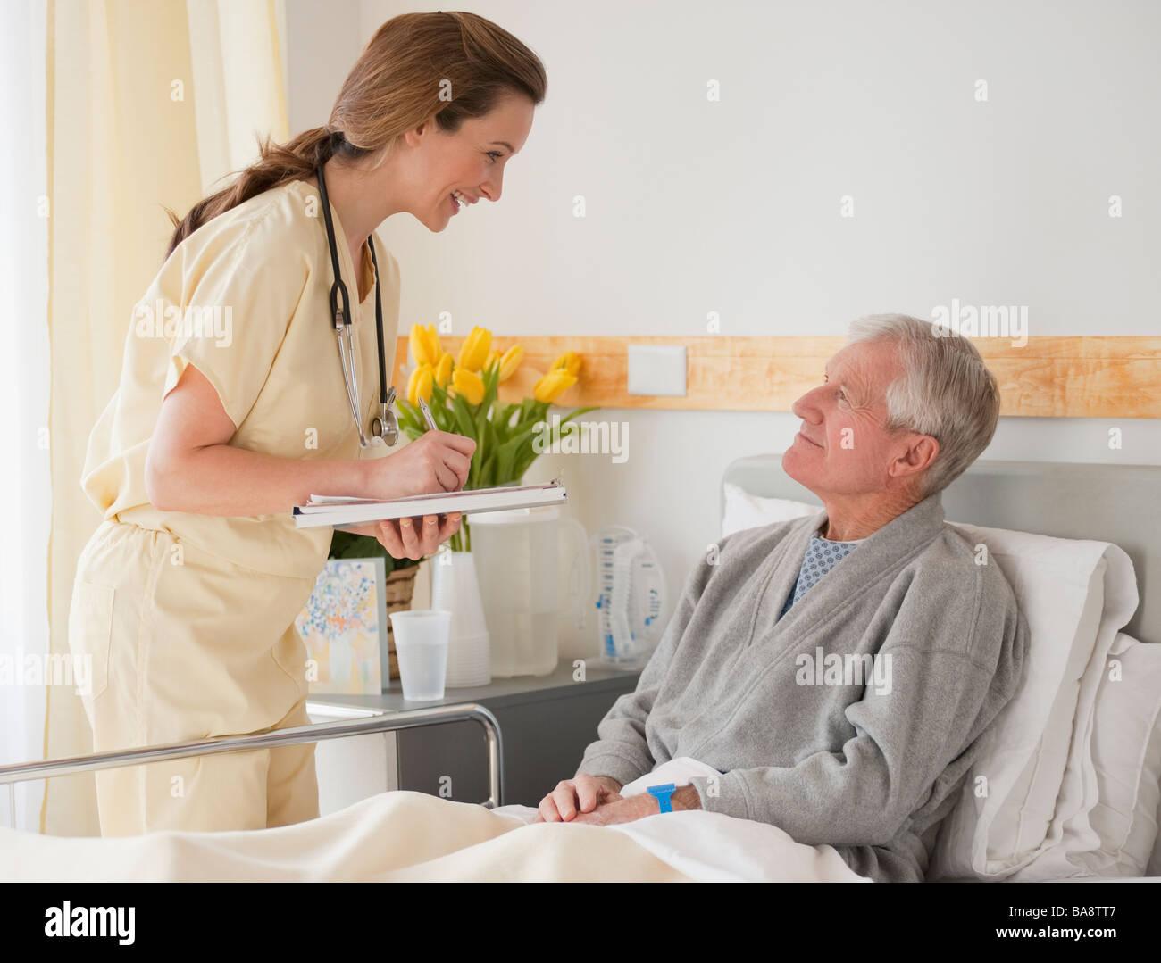 Nurse caring for senior man in hospital - Stock Image
