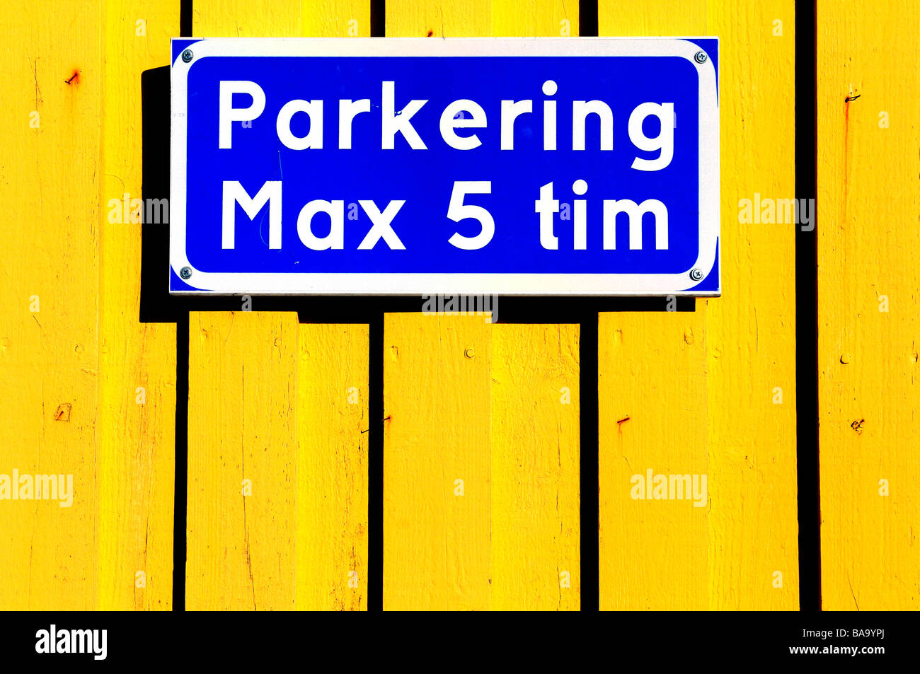 A parking sign on a yellow wall. Sweden - Stock Image