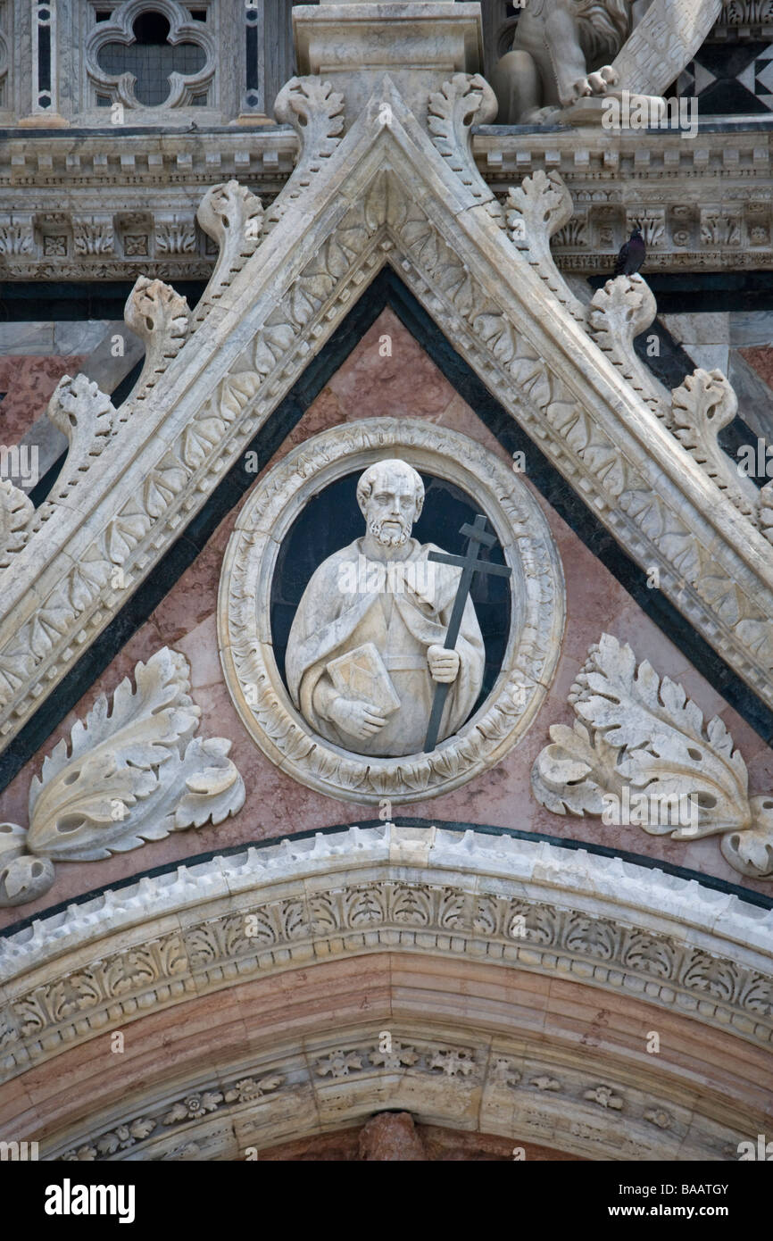 Carved marble figures on the facade of the Duomo (cathedral) seen from Piazza del Duomo, Siena, Tuscany, Italy. Stock Photo