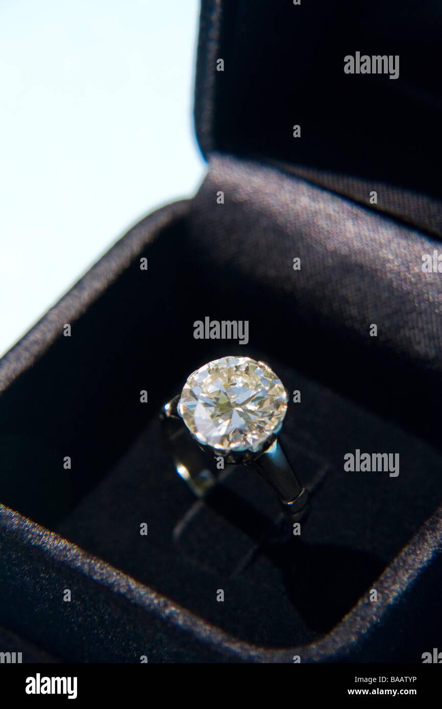 Sparkling engagement ring in velvet box - Stock Image