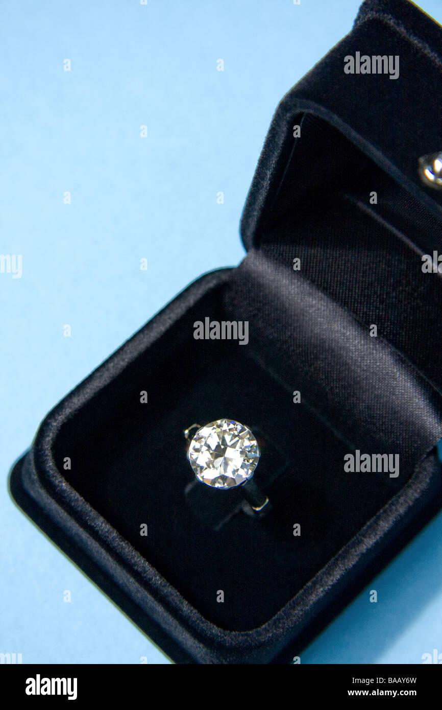 Diamond ring in velvet jewelry box - Stock Image